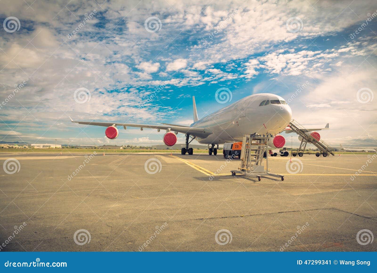 Vliegtuigen op het tarmac
