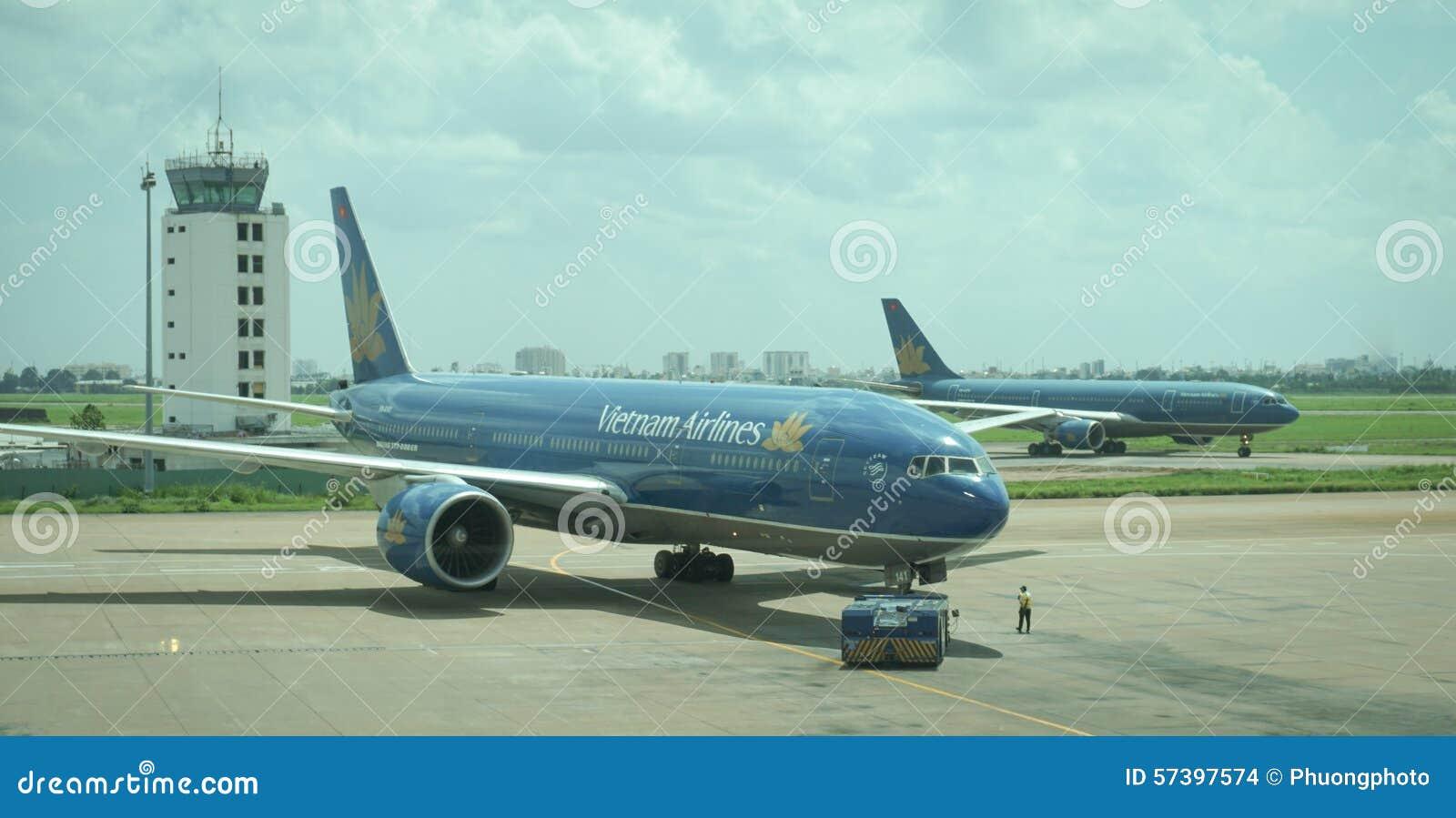 Vliegtuigen voor de burgerluchtvaart die bij Tan Son Nhat International-luchthaven parkeren