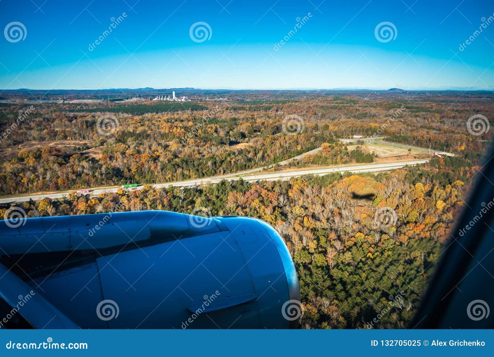 Vliegtuigschaduw en naderbij komend tarmac voor het landen in Charlotte