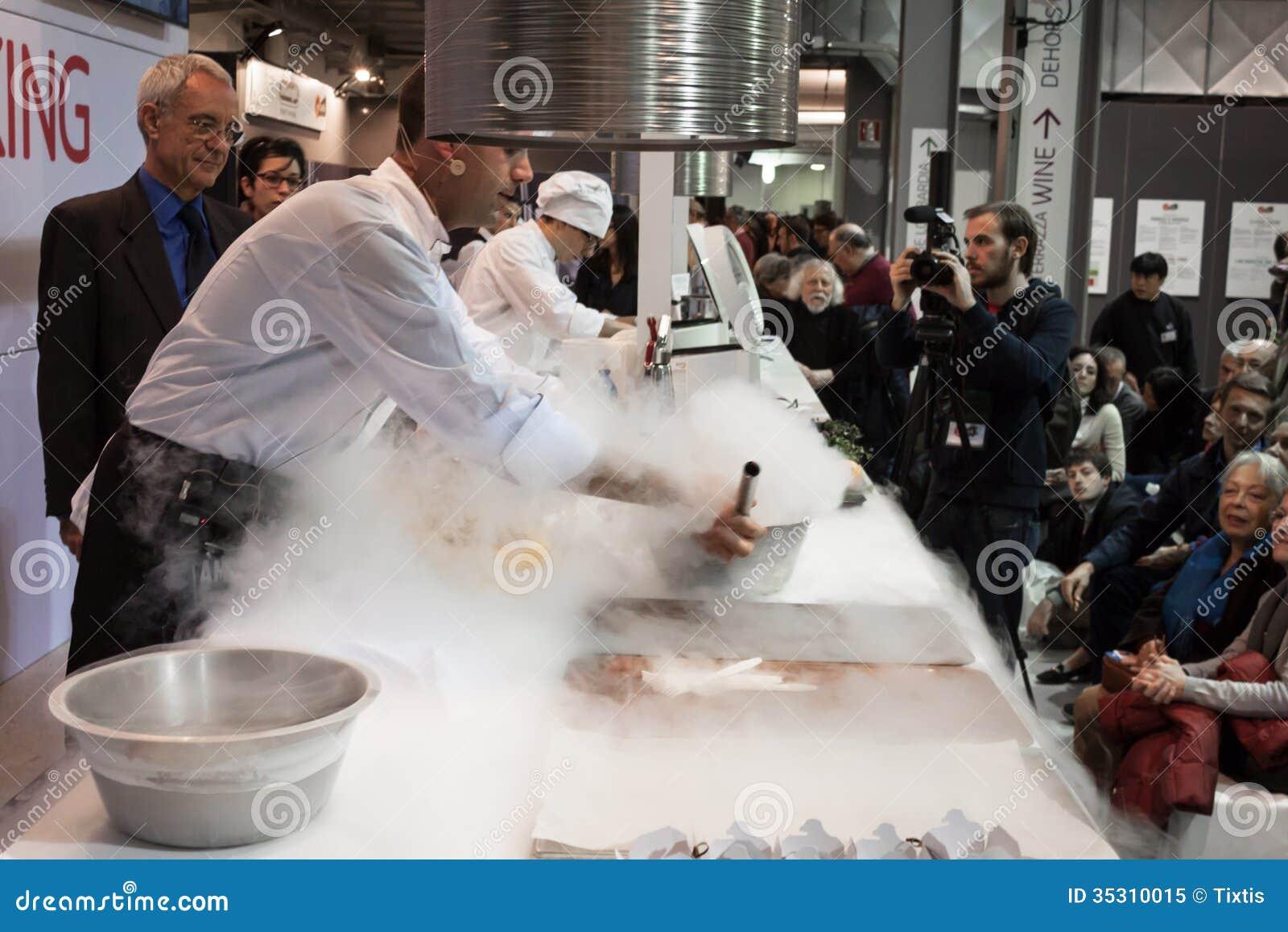 Vloeibare stikstof het koken in golosaria 2013 in milaan itali redactionele afbeelding for Beeldkoken