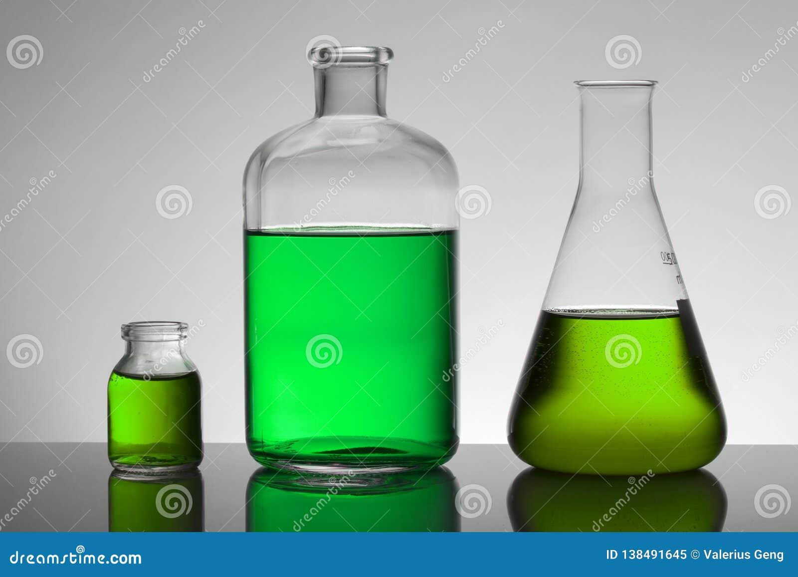 Vloeistof in laboratoriumflessen Wetenschappelijk biochemisch laboratorium Kleurrijke vloeistof