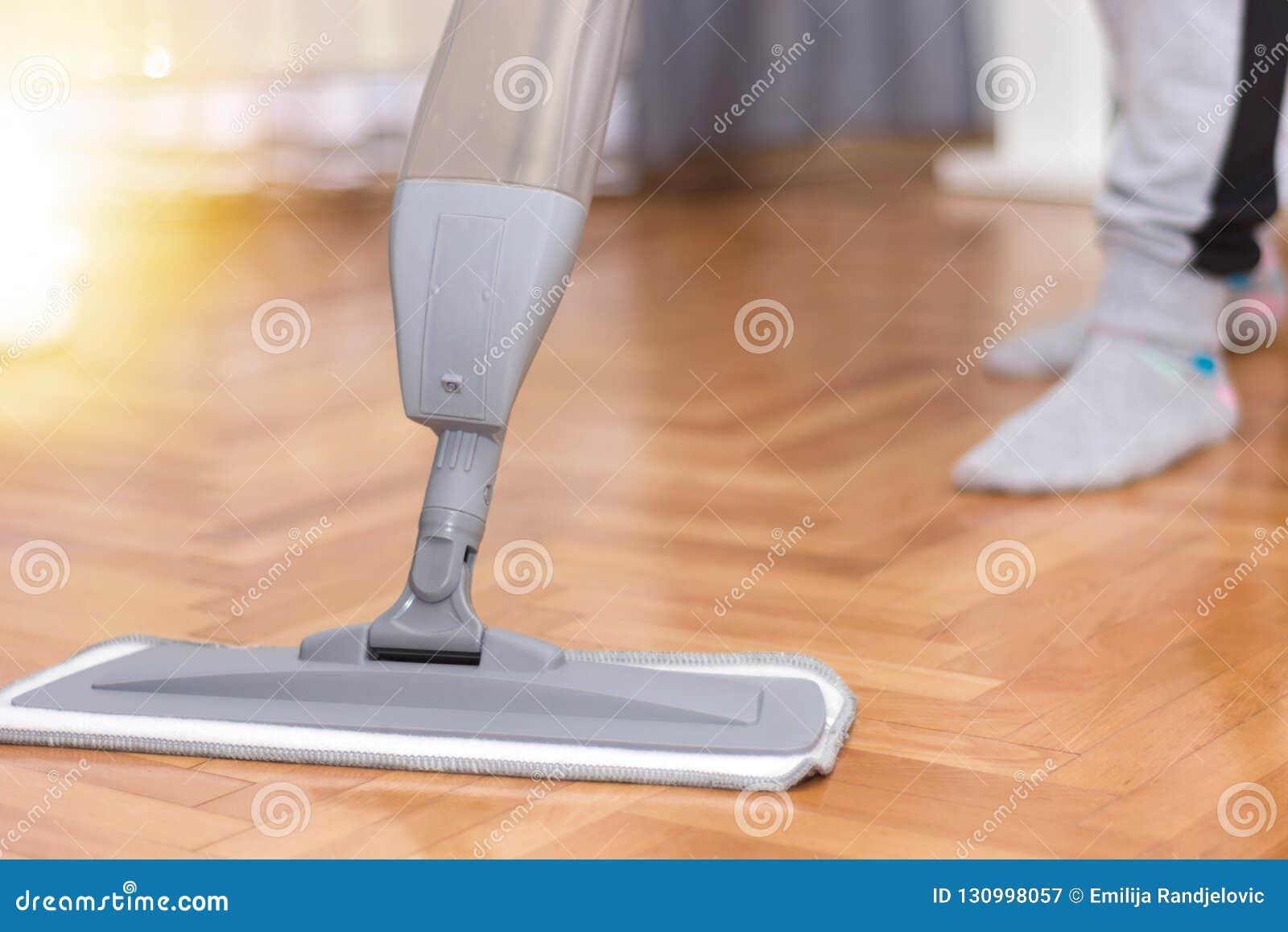 Vloer die van het vrouwen de schoonmakende parket thuis een zwabber wassen