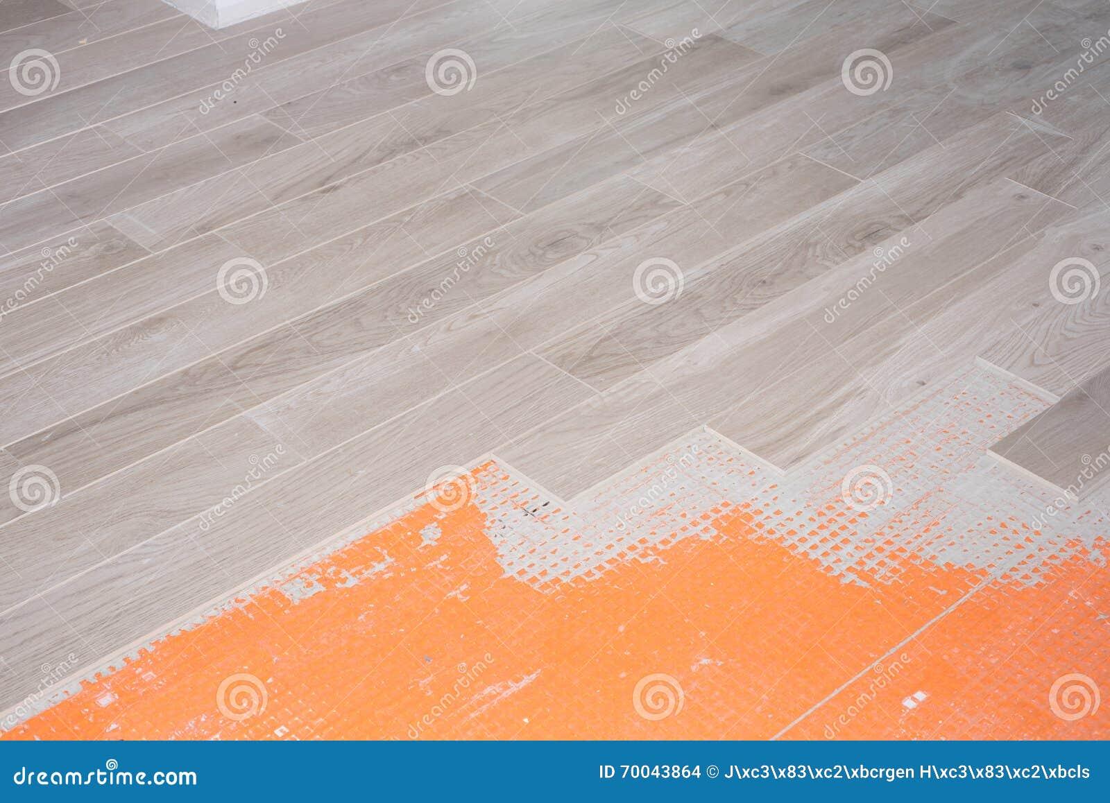 Vloervernieuwing met keramische tegels in houten ontwerp stock ...