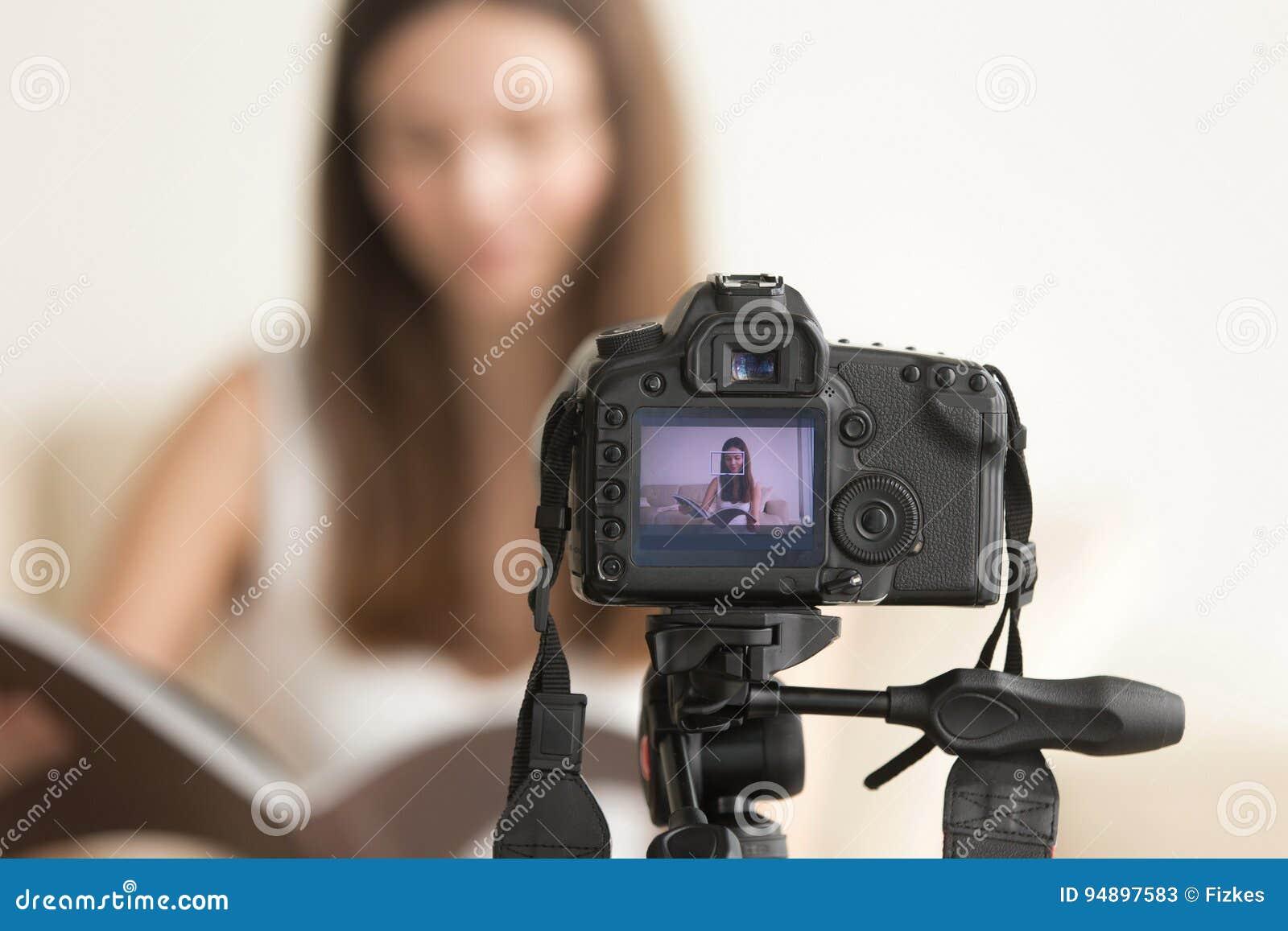 Vlog visuel femelle d enregistrement de blogger sur l appareil-photo de DSLR