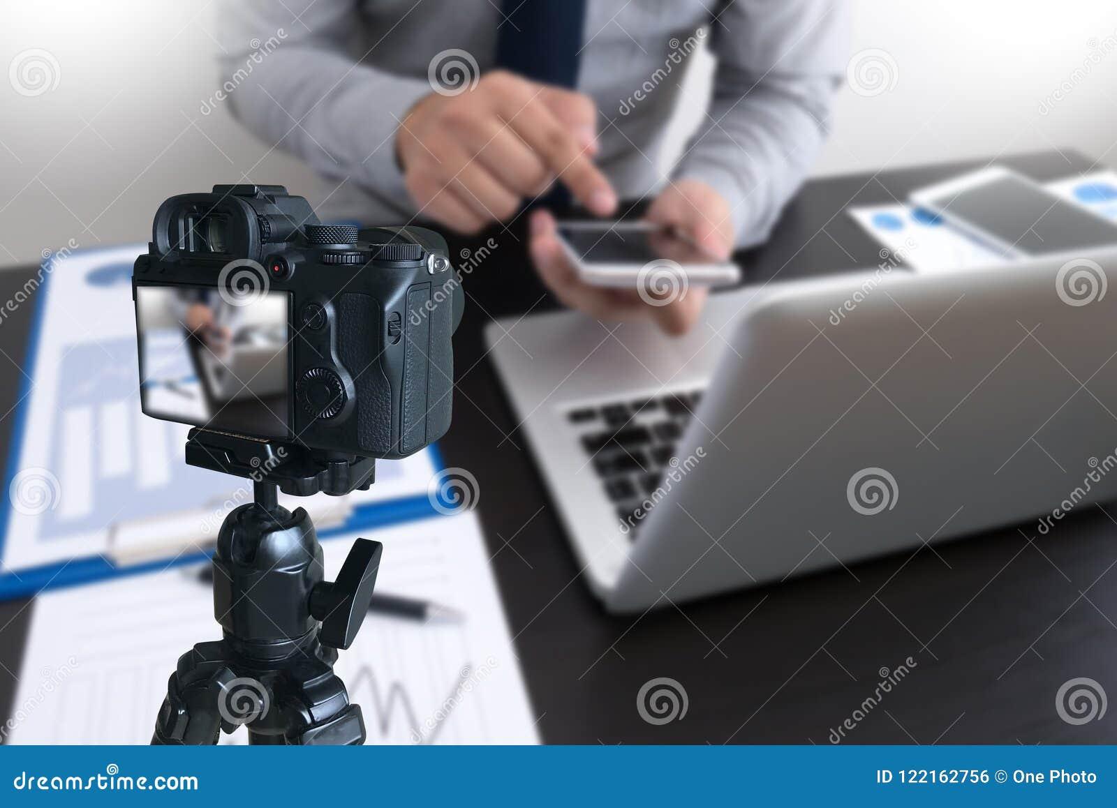 Vlogger facendo uso del computer portatile che divide il suo vide di fabbricazione contento della registrazione