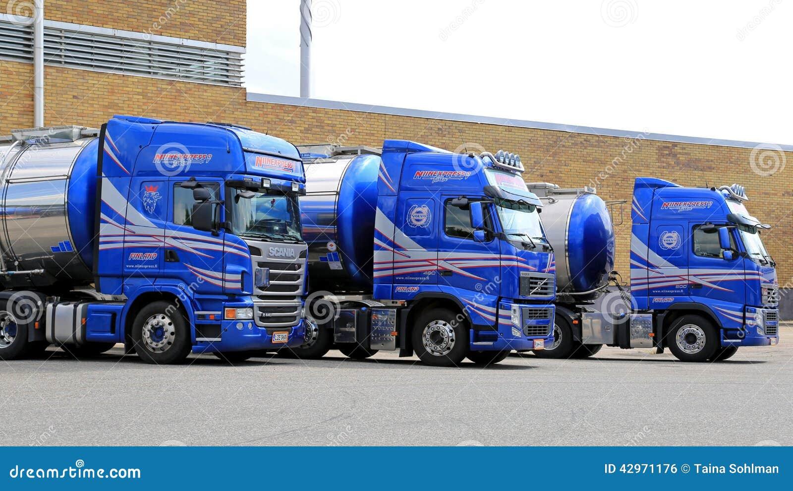 Vloot van Blauwe Tankervrachtwagens op een Werf