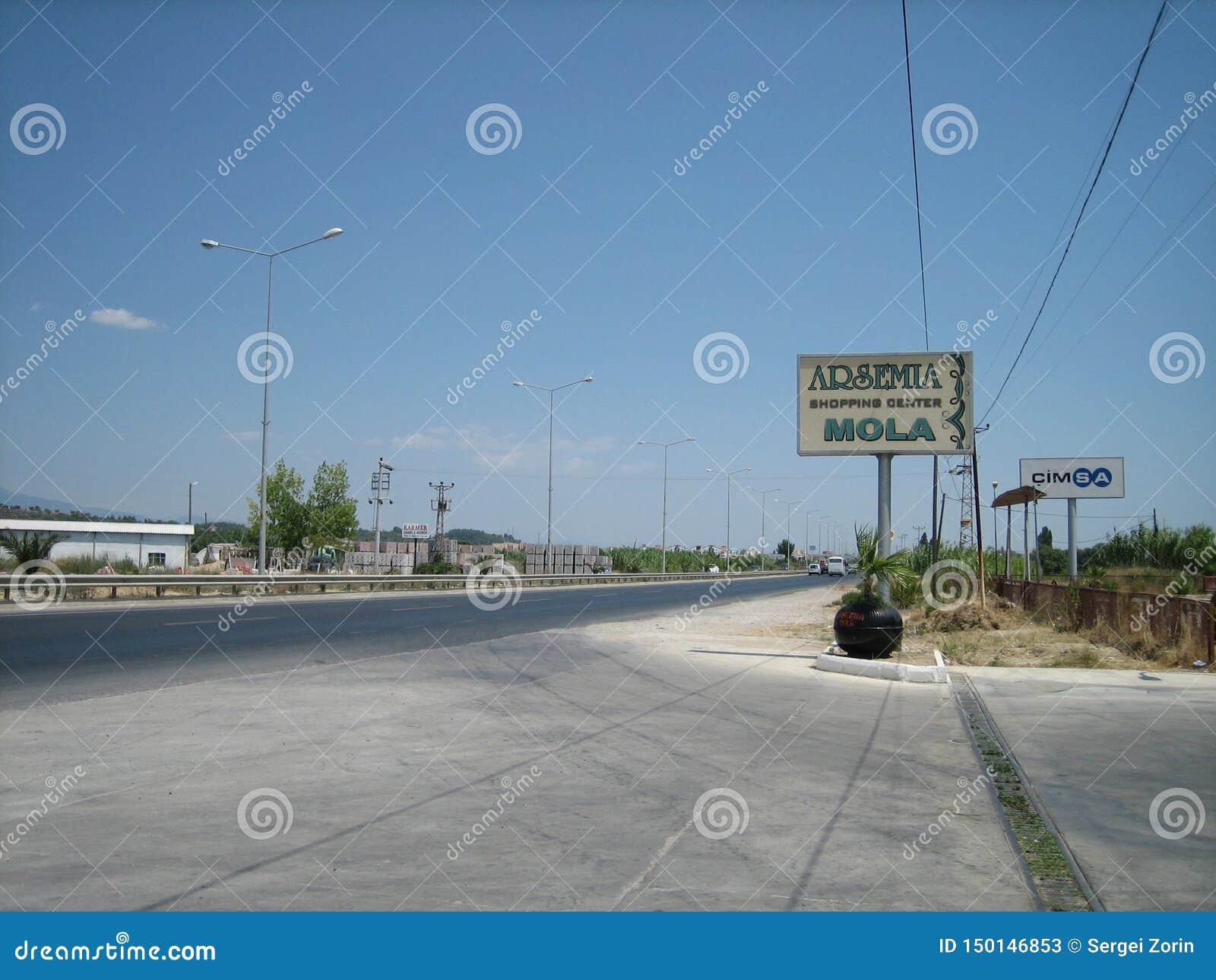 Vlotte asfaltweg van blauwe kleur onder de blauwe hemel
