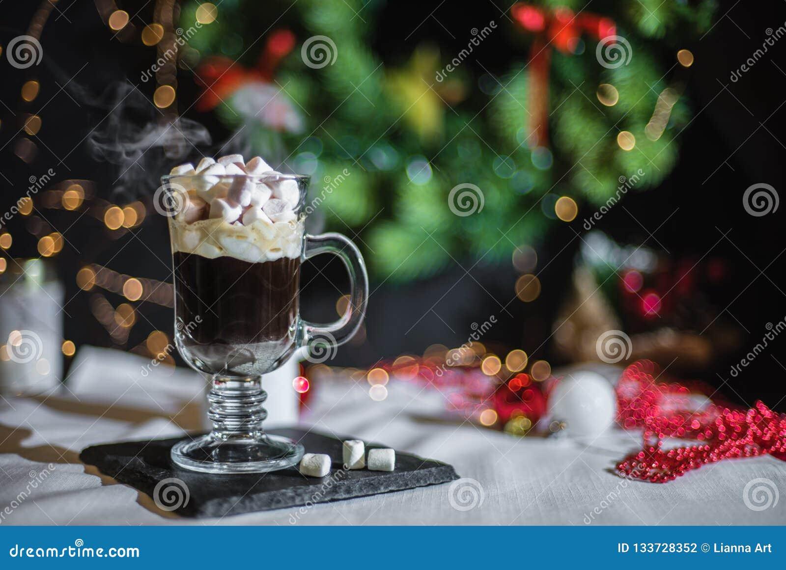Vlotte schaduwrijke Kerstmis en de nieuwe achtergrond van de jaardecoratie met rond bokeh en kop van koffie met heemst