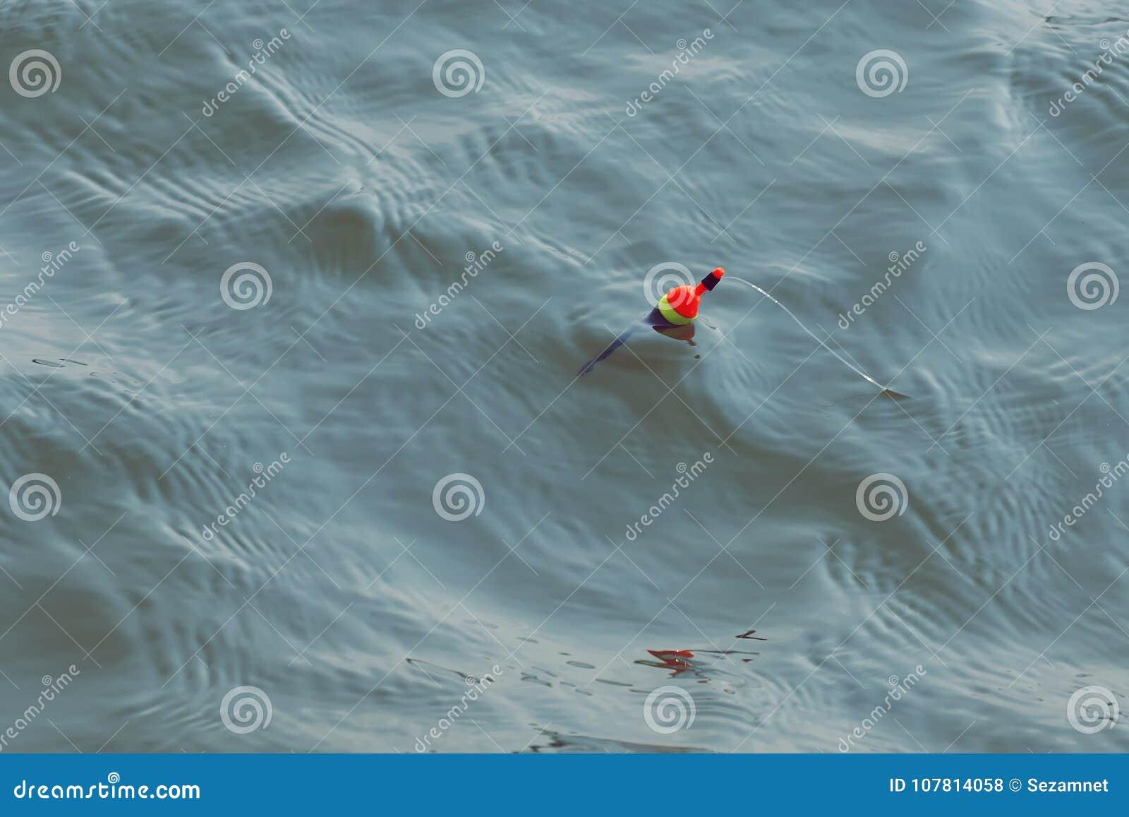 Vlotter in het rivierwater visserij voor aas