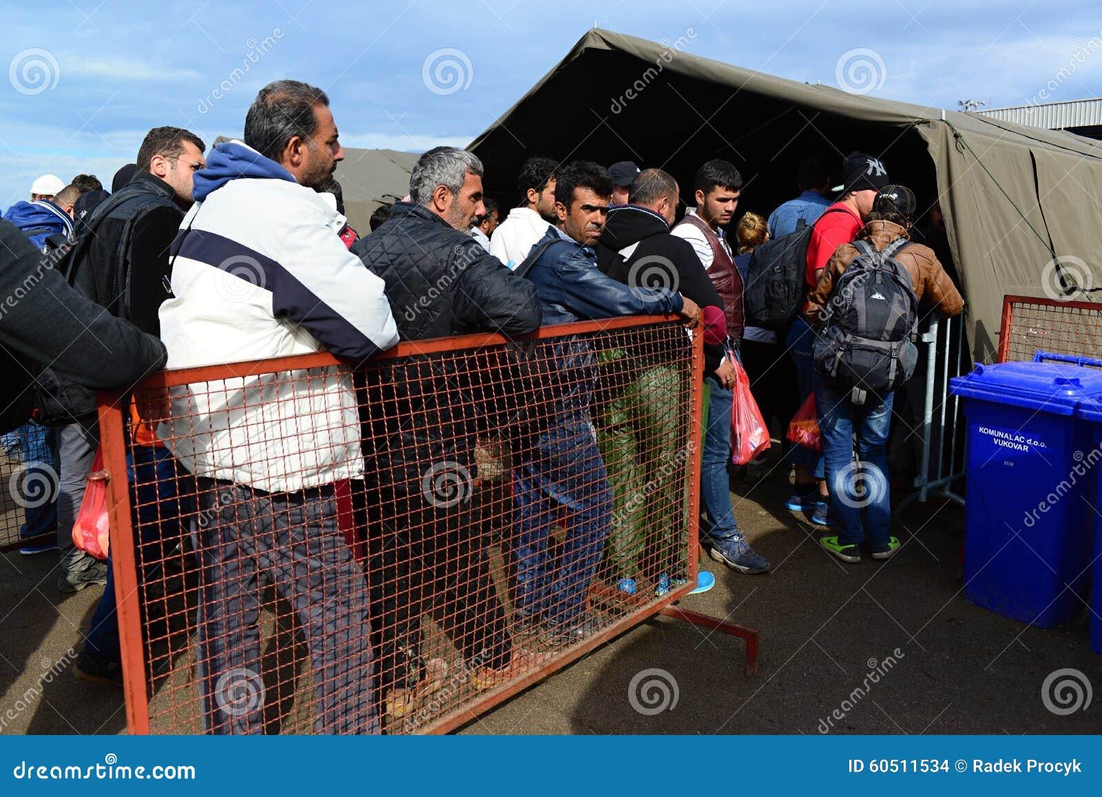 Vluchtelingen die Hongarije verlaten