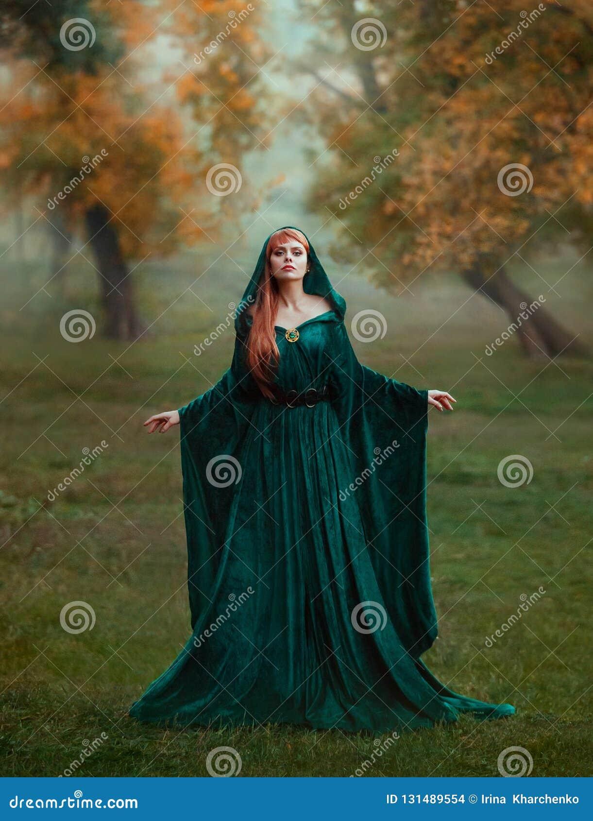 Vluchtelingsprinses met rood blond lang haar gekleed in een groene smaragdgroene dure fluweel koninklijke mantel-kleding met kost