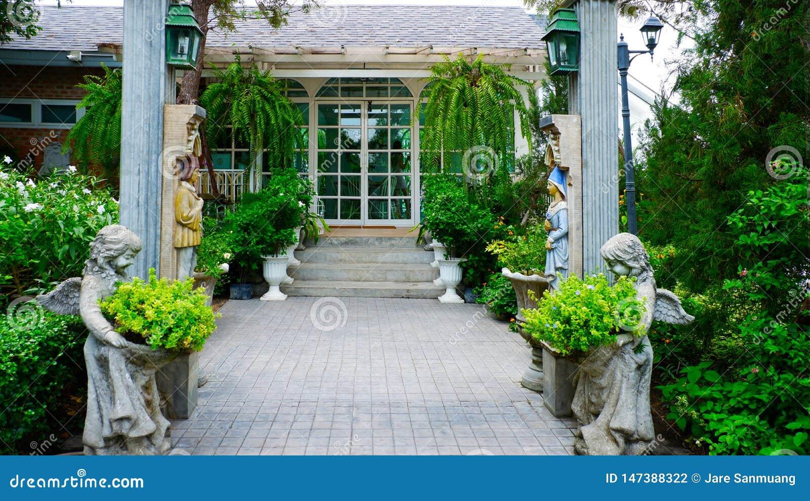 Voûtes et escaliers de style romain des restaurants en Thaïlande