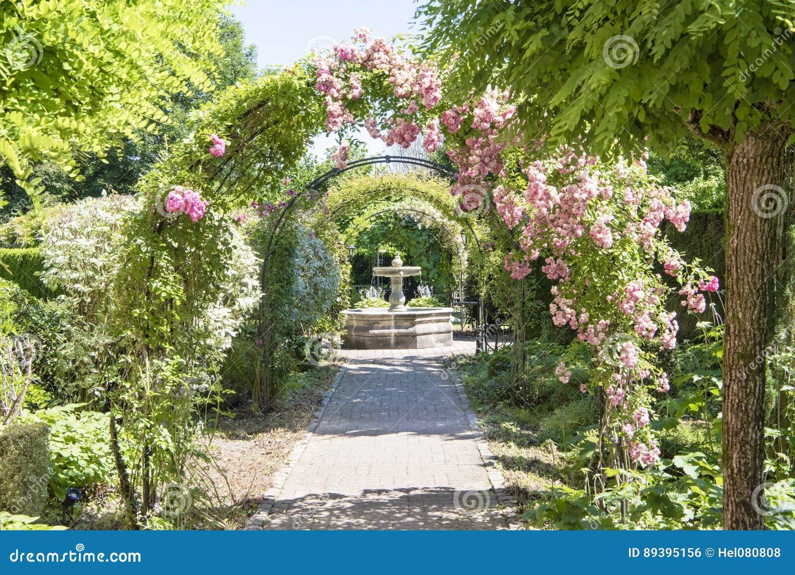 vo te avec des roses dans le beau jardin photo stock image 89395156. Black Bedroom Furniture Sets. Home Design Ideas