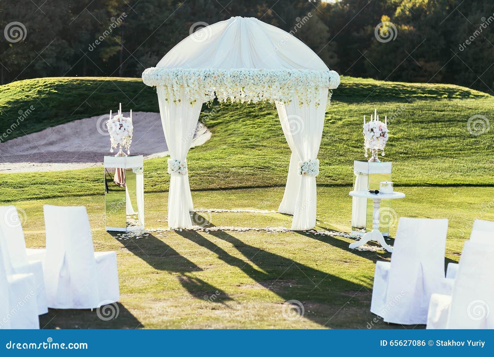 Voûte de mariage avec la décoration d andle de fleurs et de  de Ñ le jour ensoleillé dedans