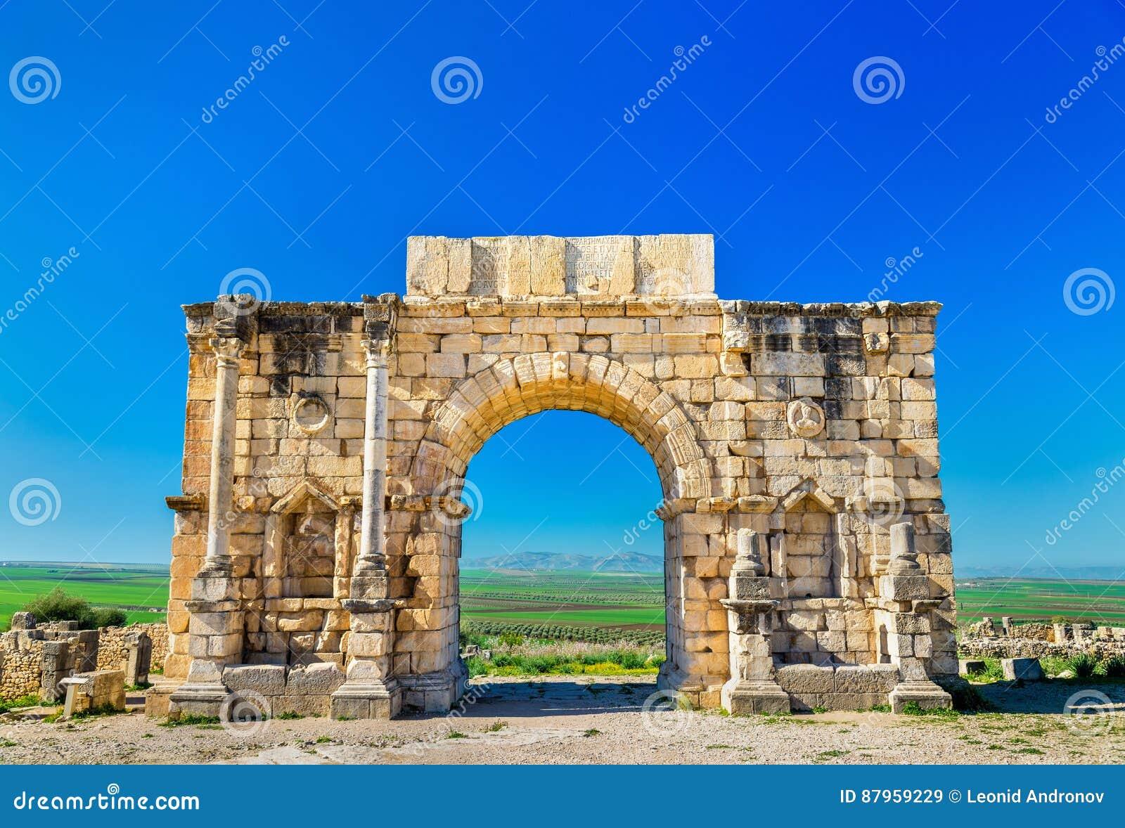Voûte triomphale de Caracalla chez Volubilis, un site d héritage de l UNESCO au Maroc
