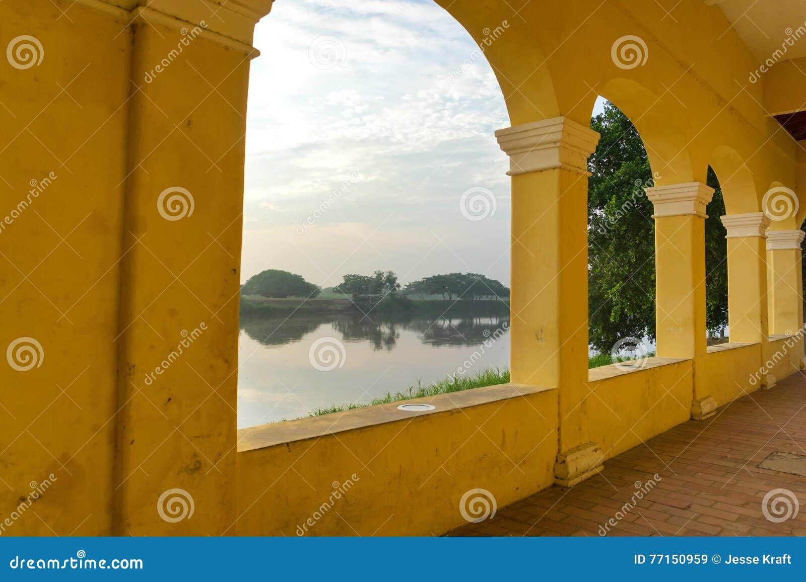 Voûtes et vue de façade d une rivière