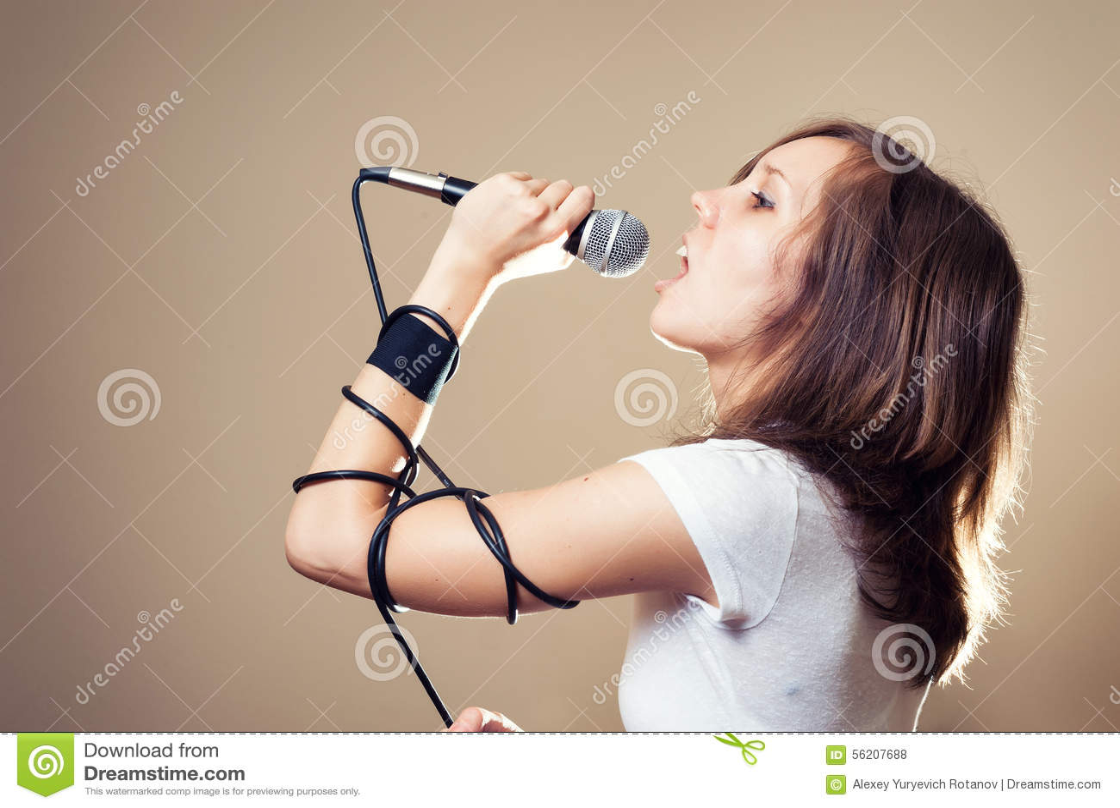 Vocalista fêmea da rocha no fundo cinzento