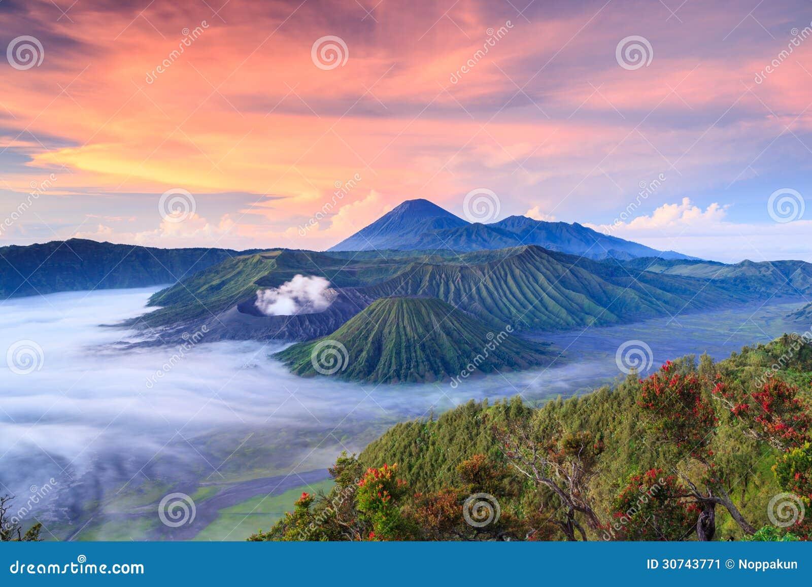 Vocalno en la salida del sol, Java Oriental de Bromo, Indonesia