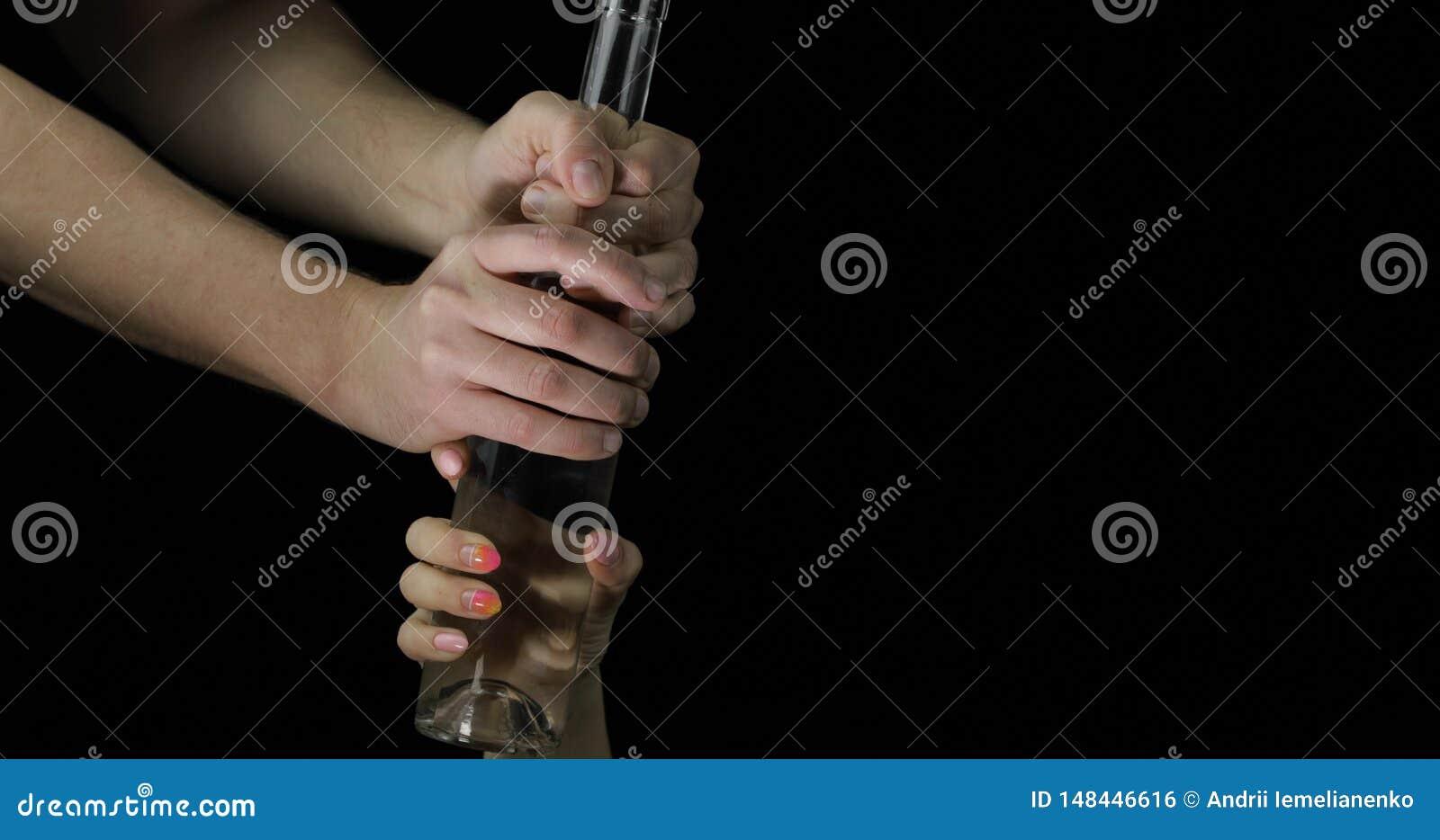 Vodca de tomada alco?lica da m?o da mulher Conceito do alcoolismo na fam?lia