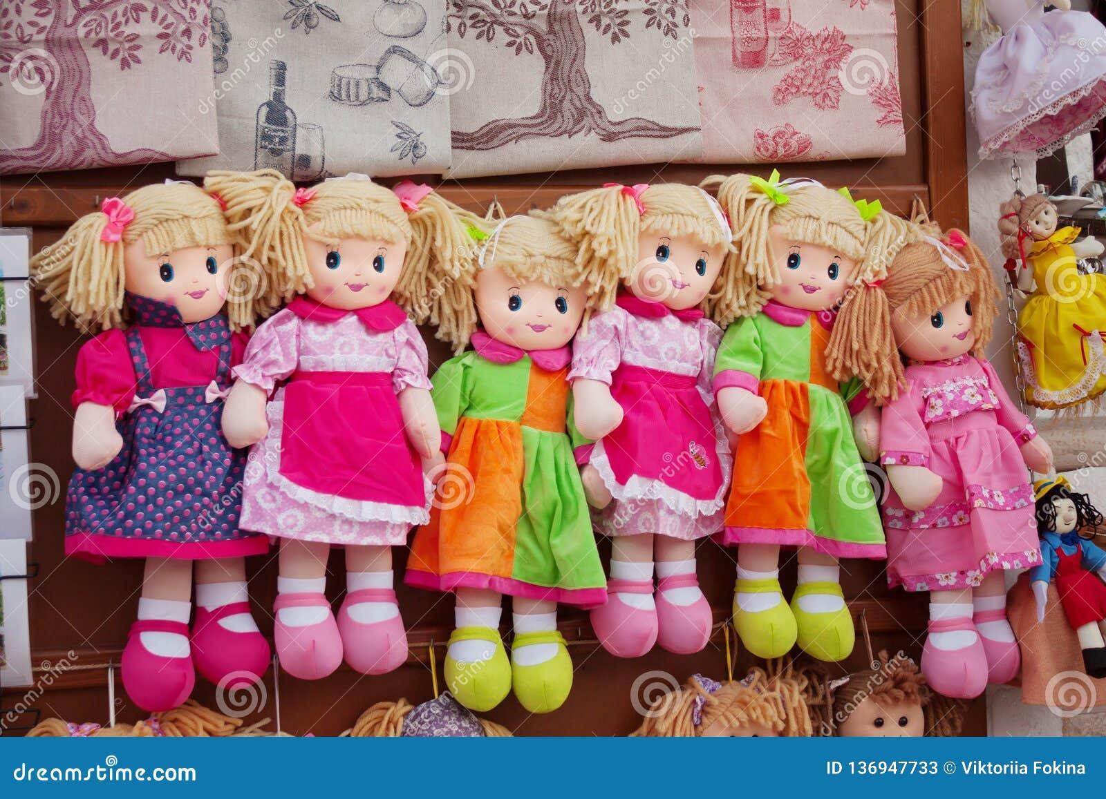 Voddenpoppen in gekleurde kleren, jonge geitjesspeelgoed van extra schroot van materiaal