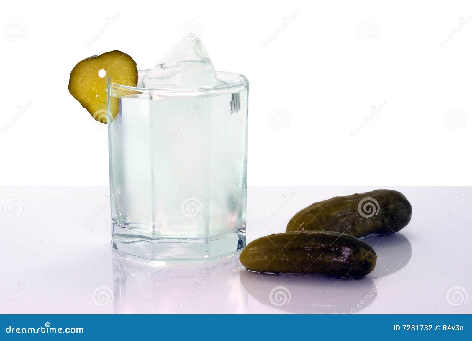 Vodka con hielo en pepinos del vidrio y de la sal