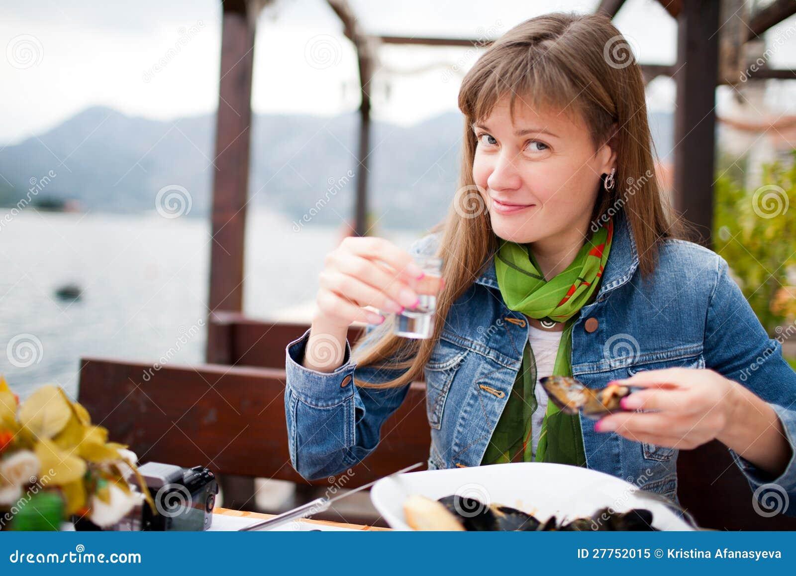 Vodka potable de jeune femme
