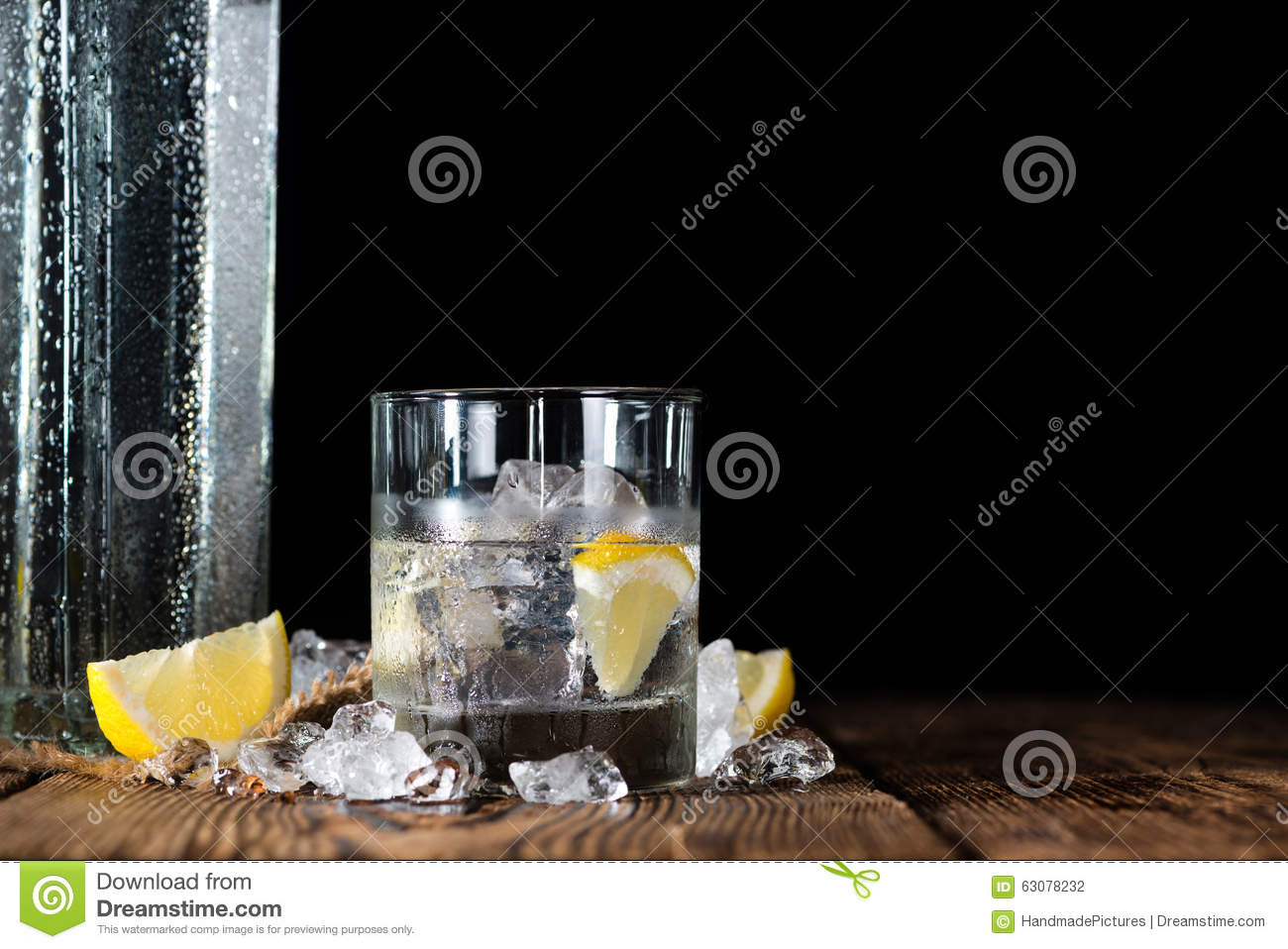 Download Vodka Pure (sur Une Vieille Table En Bois) Photo stock - Image du frais, boisson: 63078232