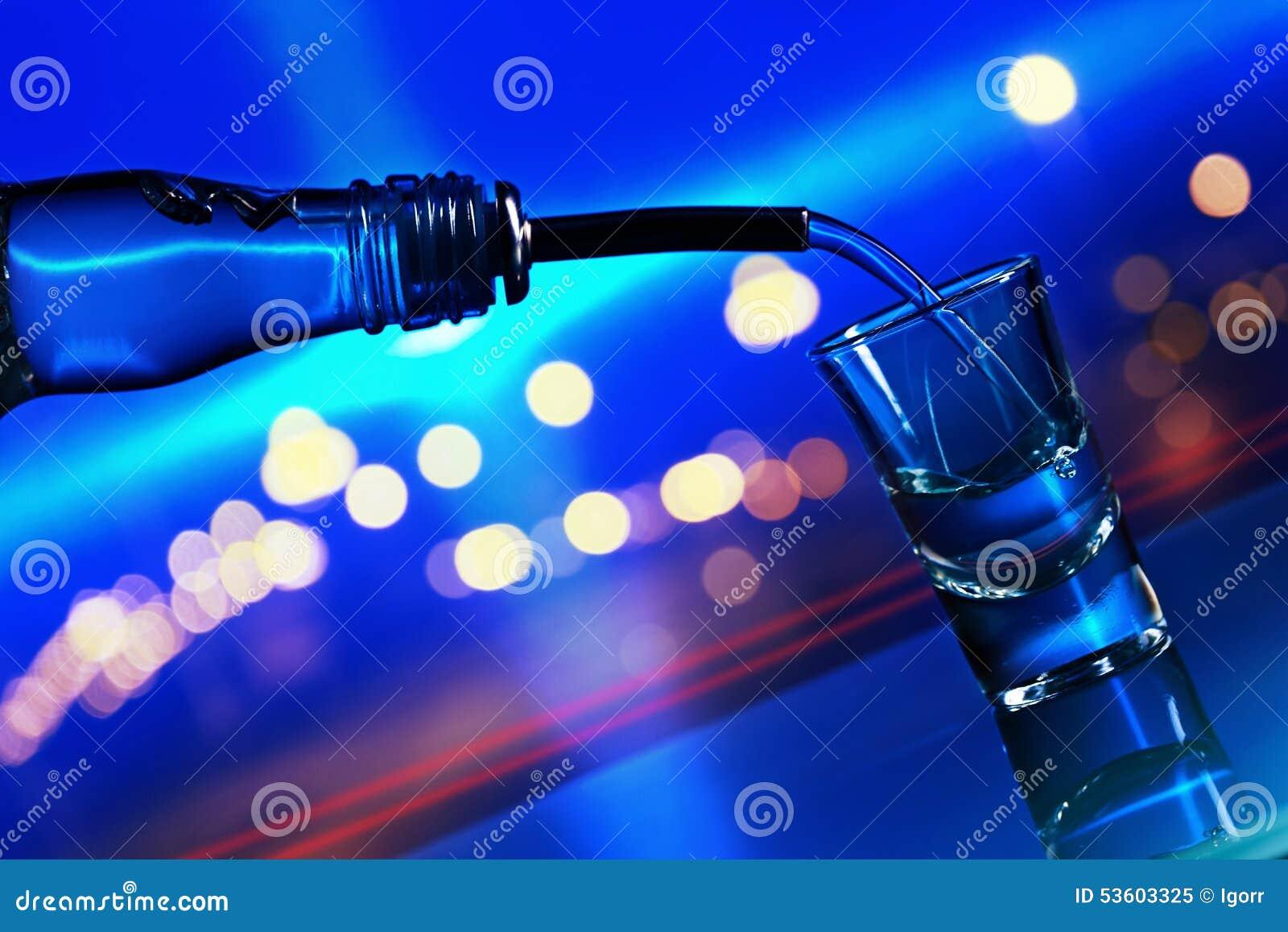 Vodka sulla tavola di vetro