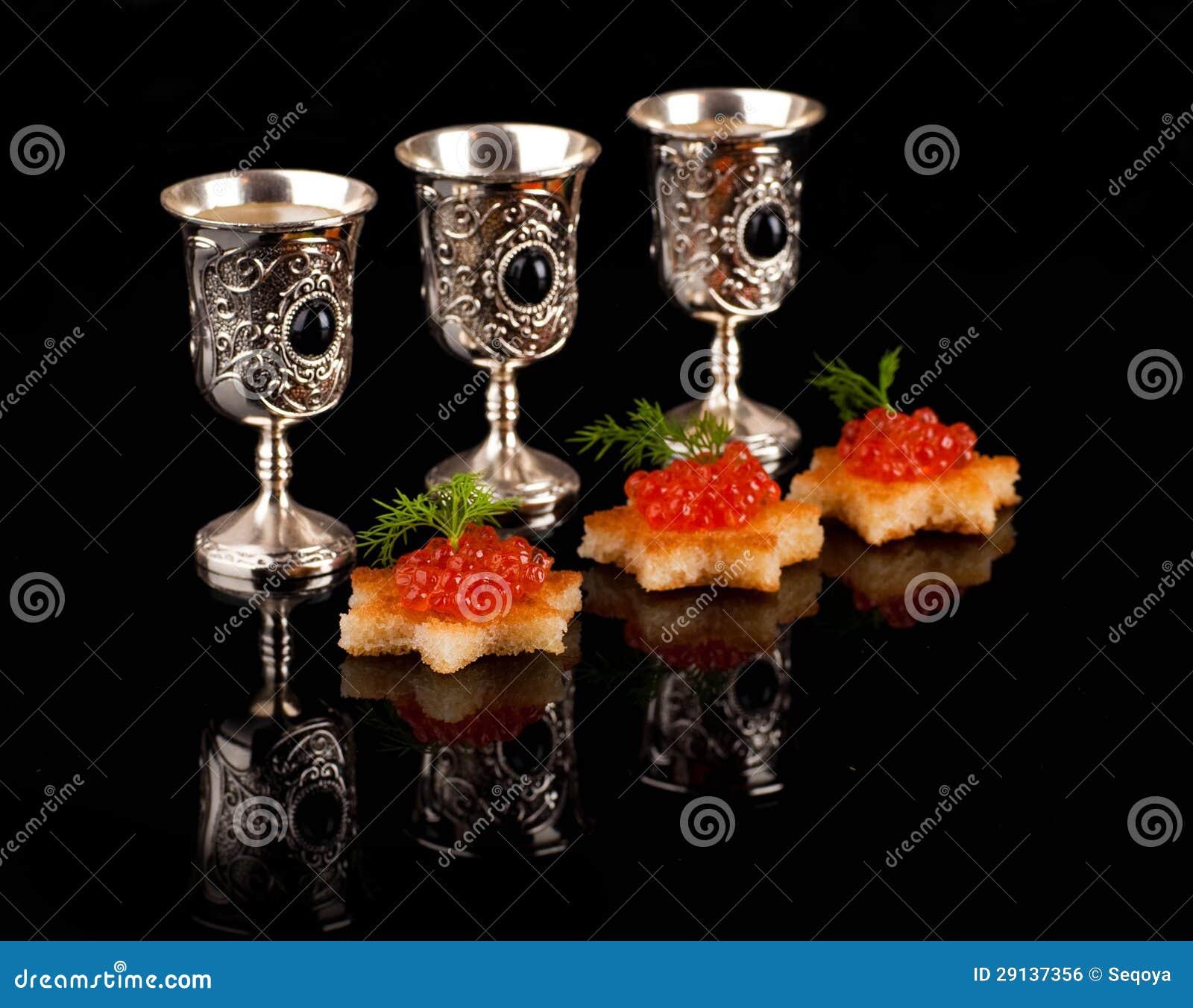 Vodka y caviar rojo en las mercancías de plata
