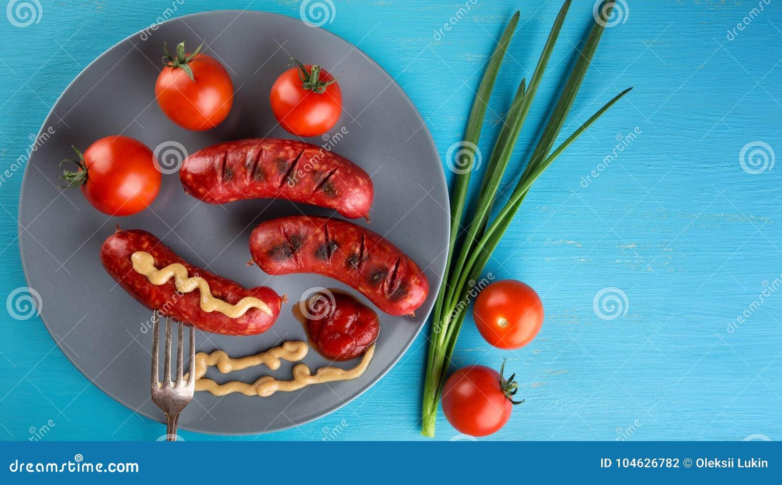 Download Voedingsdieworsten Op Vork Met Rode Tomaten Op Plaat Worden Vastgebonden Stock Foto - Afbeelding bestaande uit kleurrijk, voedzaam: 104626782