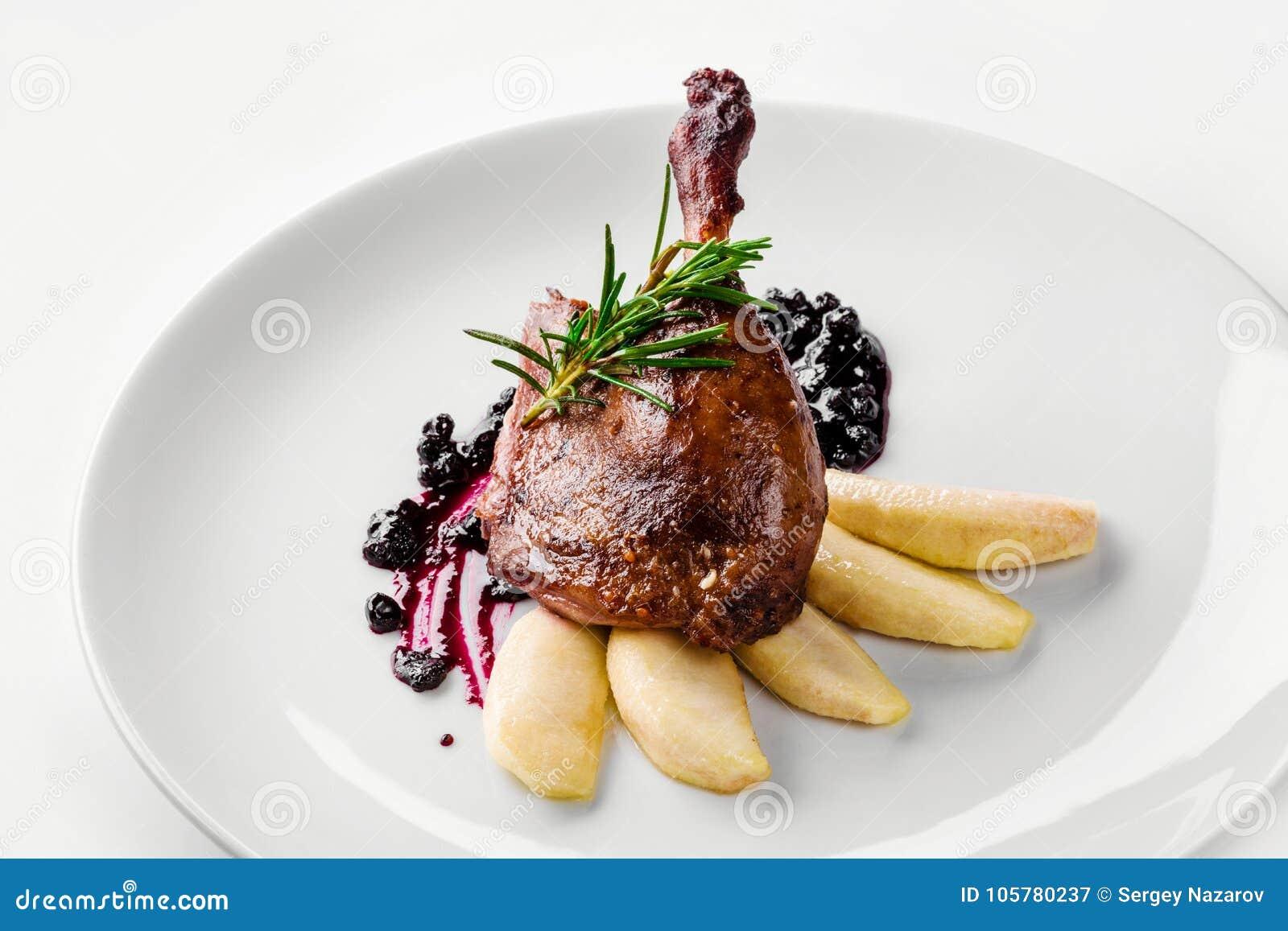 Voedsel Eendbeen met peer en bessaus Het Menuconcept van het delicatessen Gastronomisch Restaurant