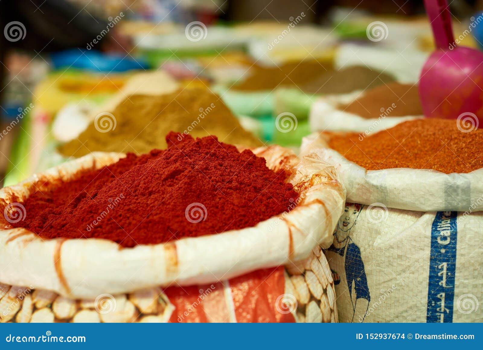 Voedsel en kruiden voor verkoop bij de straatbazaar in Medina