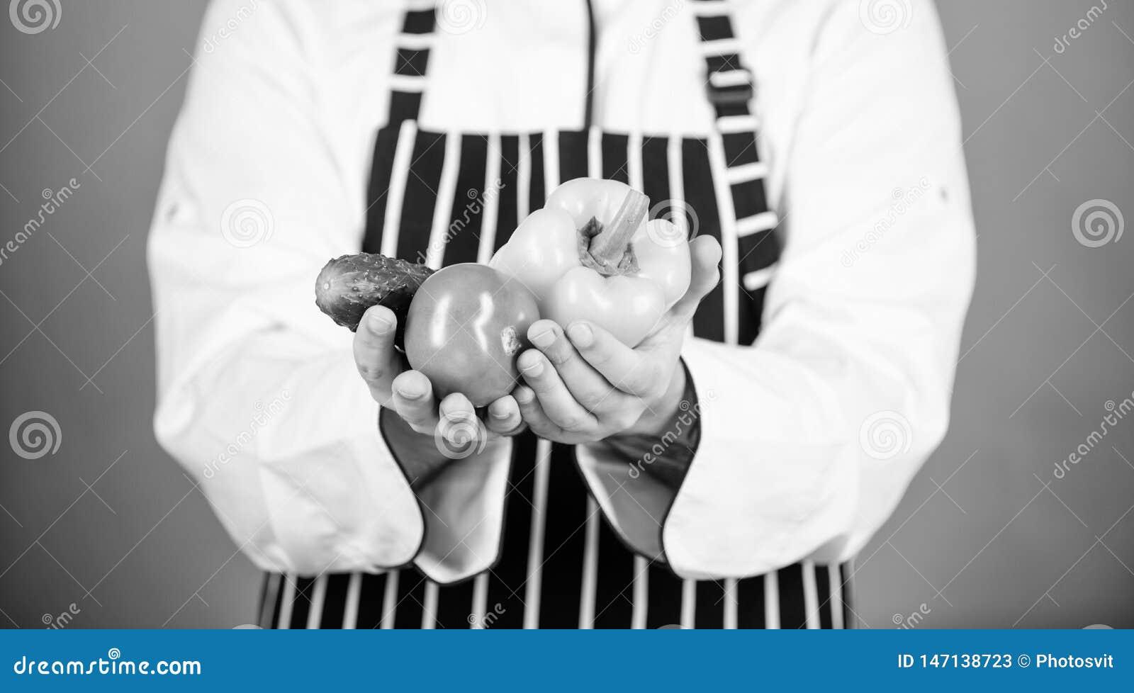 Voedselkeuzen vegetari?r Rijpe chef-kok met baard Het gezonde voedsel koken Chef-kokmens in hoed Geheim smaakrecept dieting