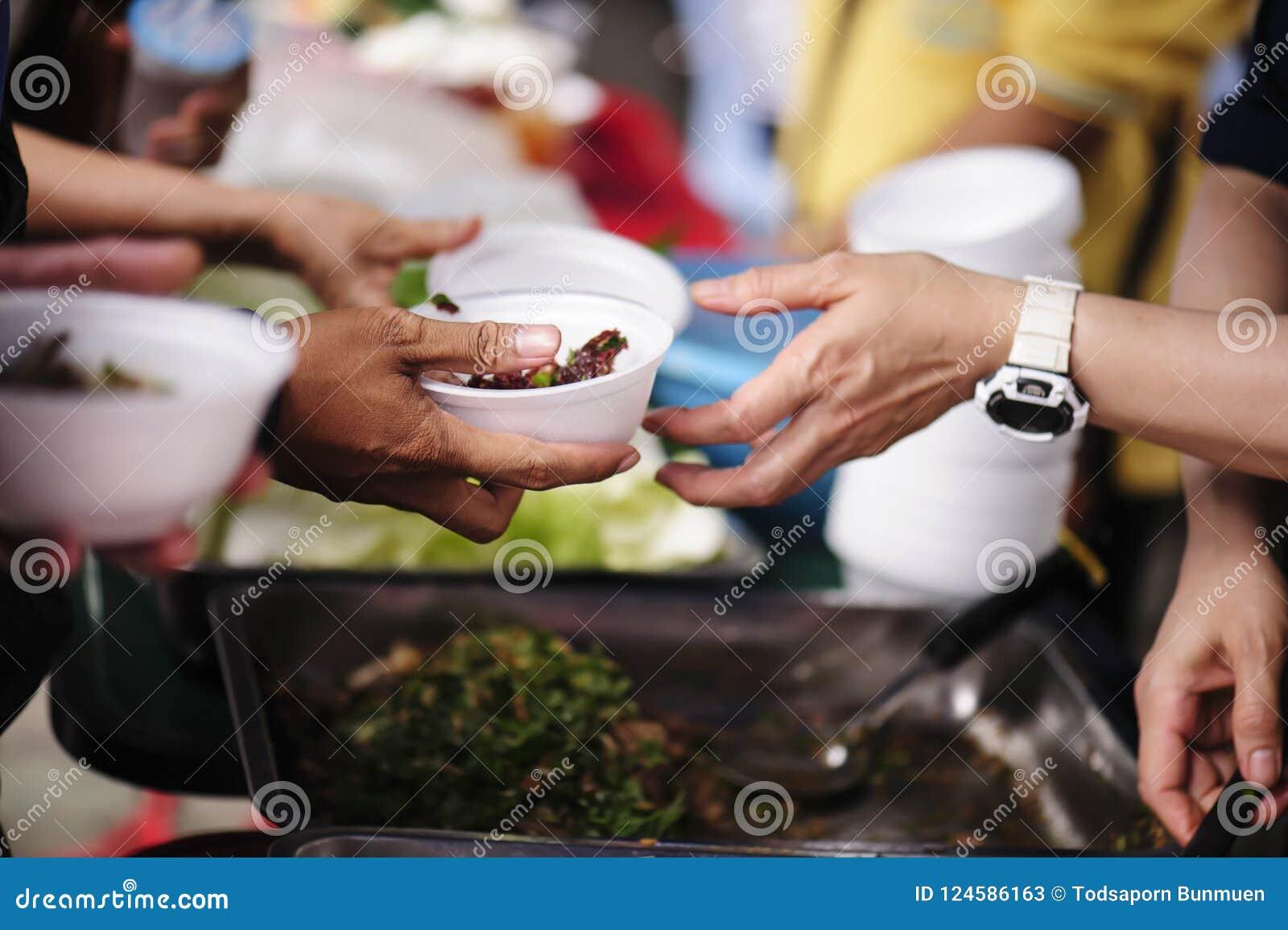 Voedselschenking om honger te verlichten Het concept armoede