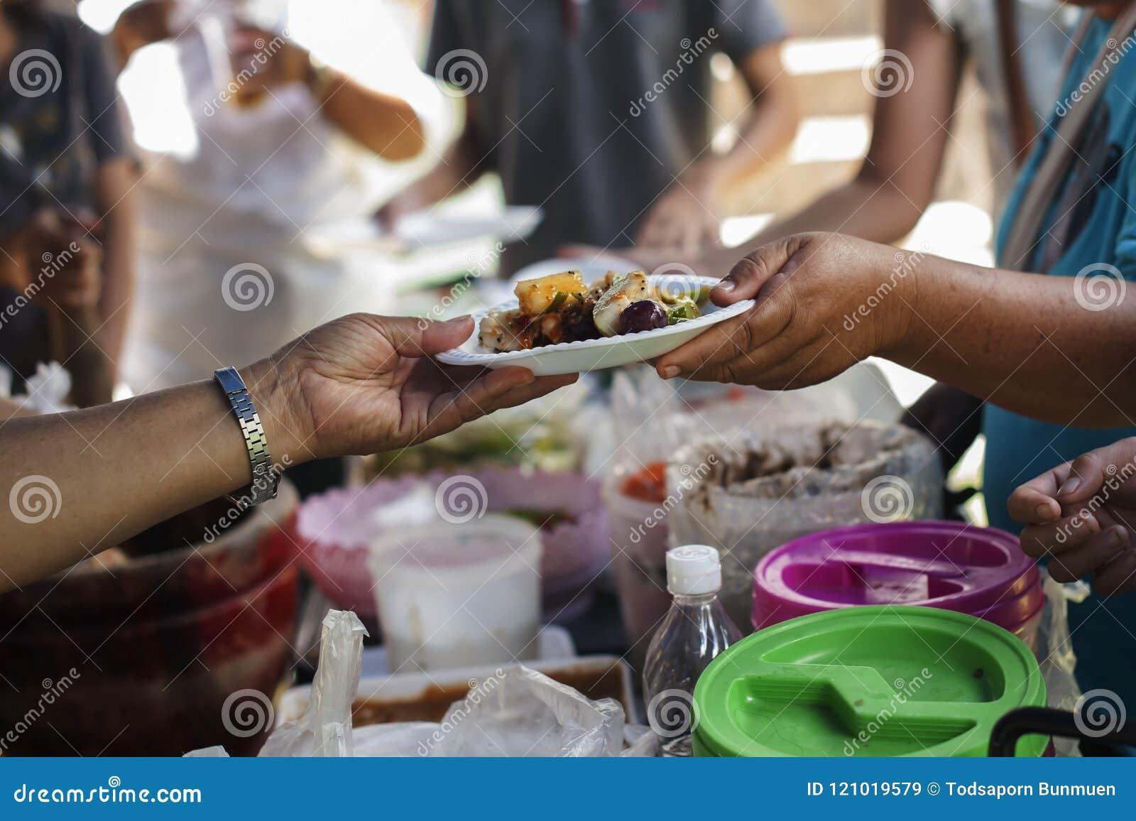 Voedselschenking om mensen in verlichting van de hongersnood te helpen