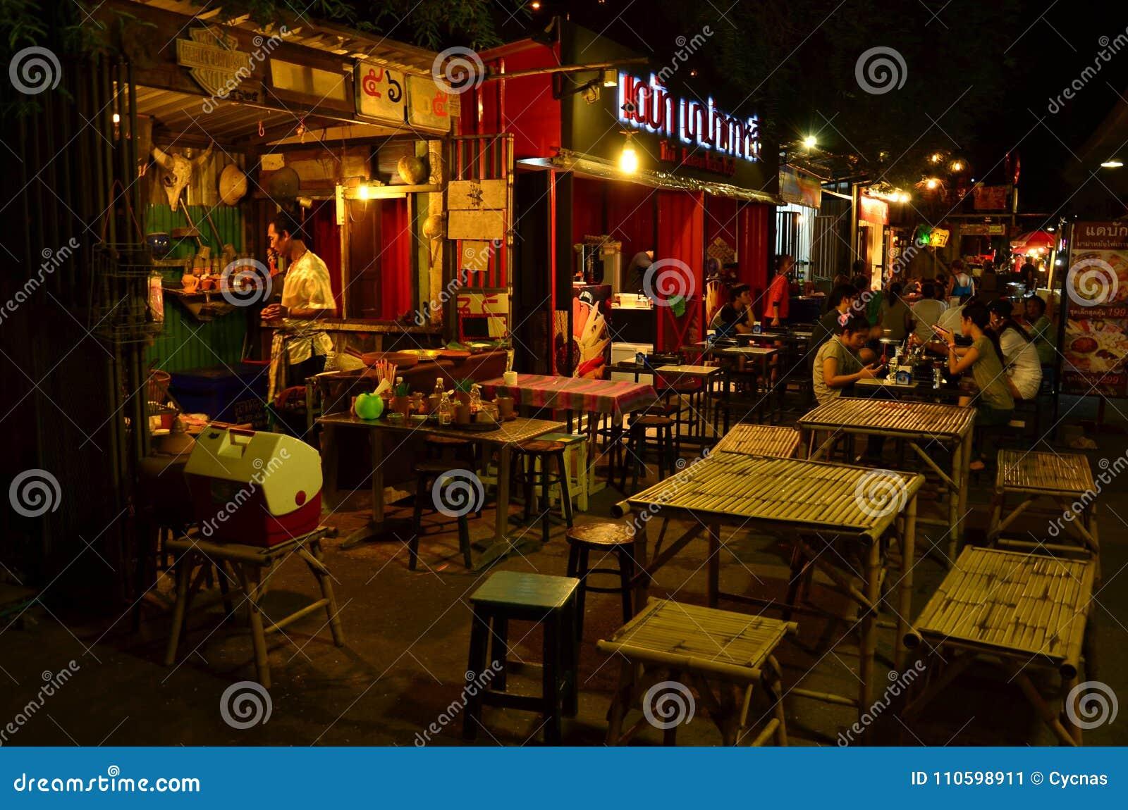 Voedselstraat in de nachtmarkt