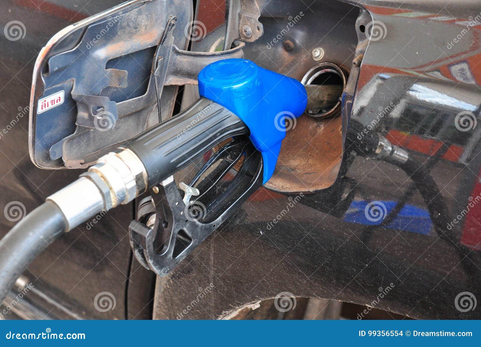 Voeg stookolie aan de auto in de brandstofpomp met toe een automaat selec