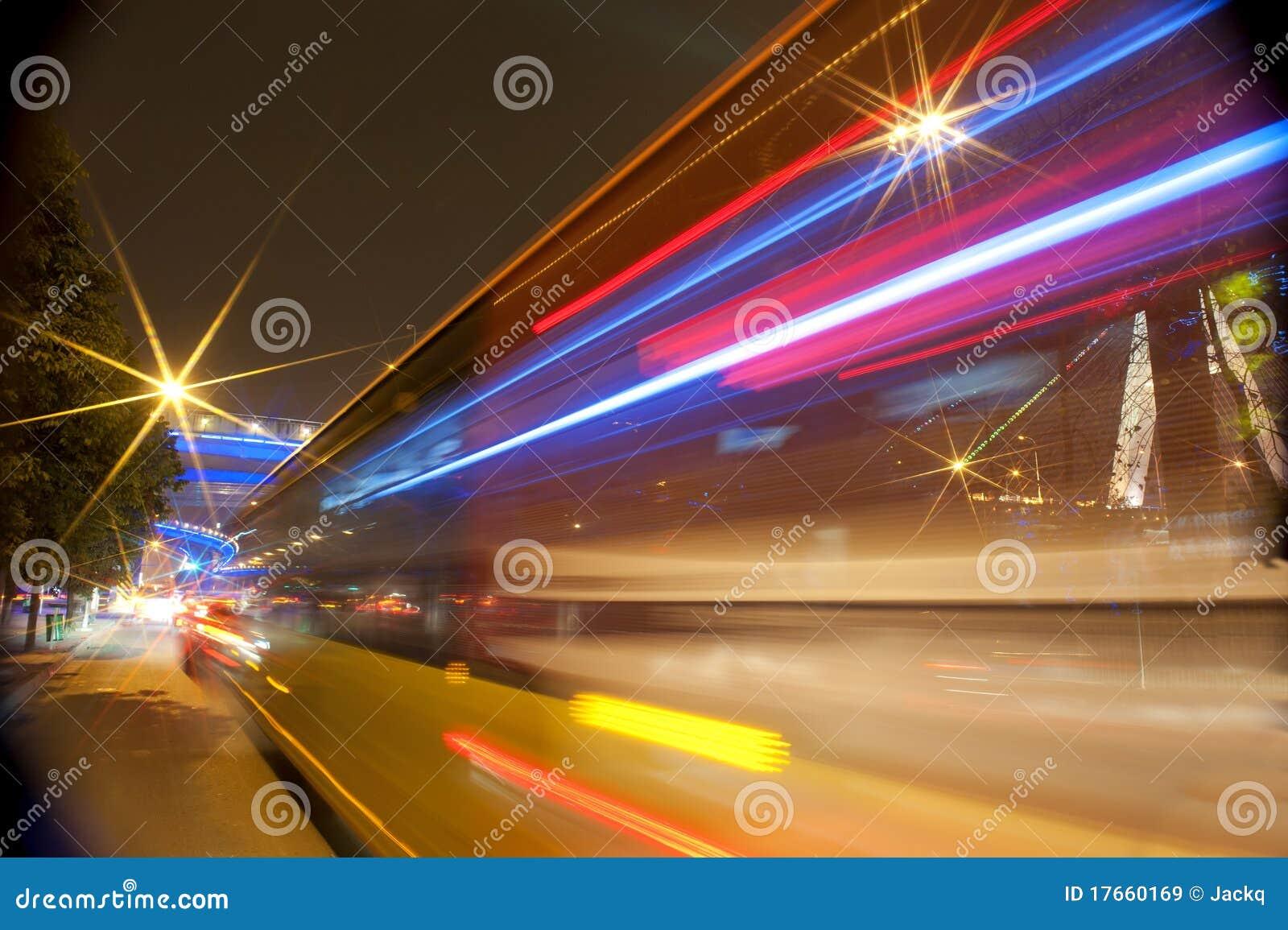Voertuigen van de hoge snelheid vertroebelden slepen op stedelijke wegen