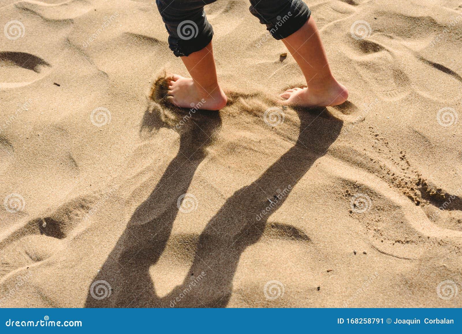 Jongen Die Op Strand Bij Zonsondergang Loopt Stock