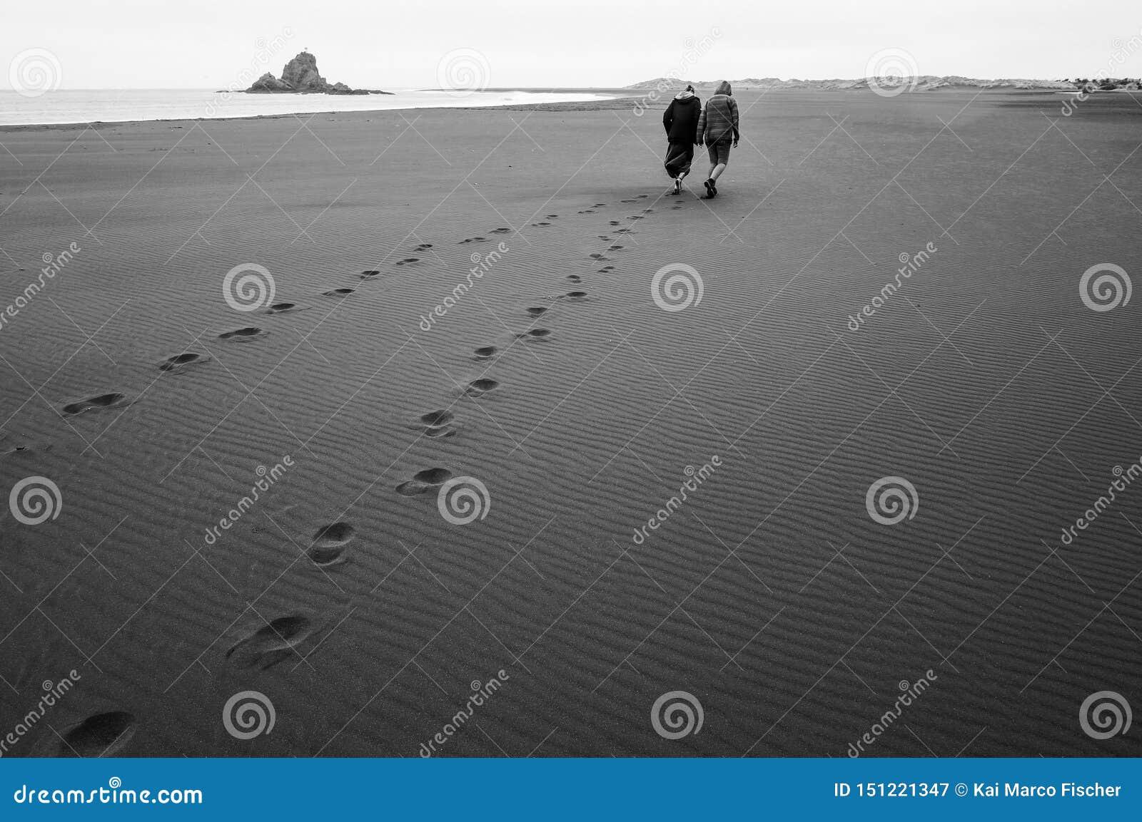 Voetafdrukken op het Strand/het Paar/Piha, Nieuw Zeeland