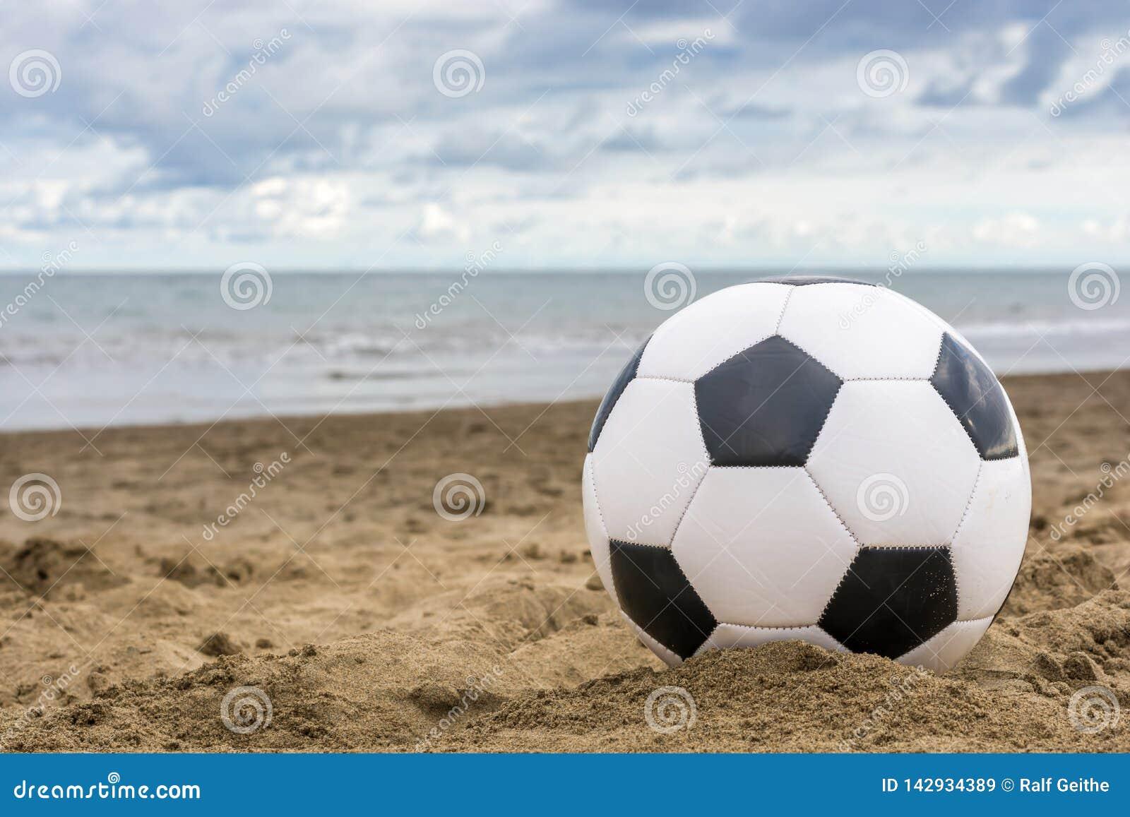 Voetbal op verlaten strand