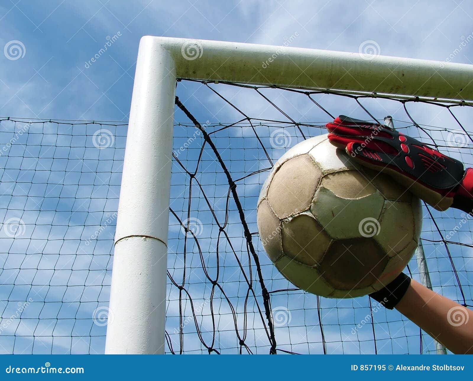 Voetbal - voetbalbal in doel