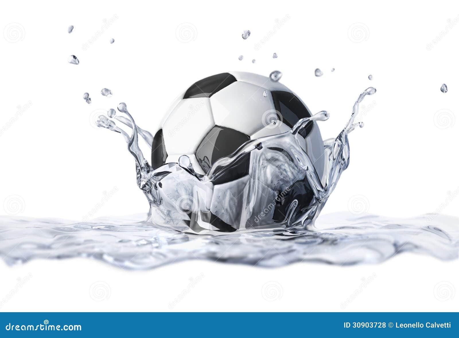 Voetbalbal die in duidelijk water vallen, die een kroonplons vormen.