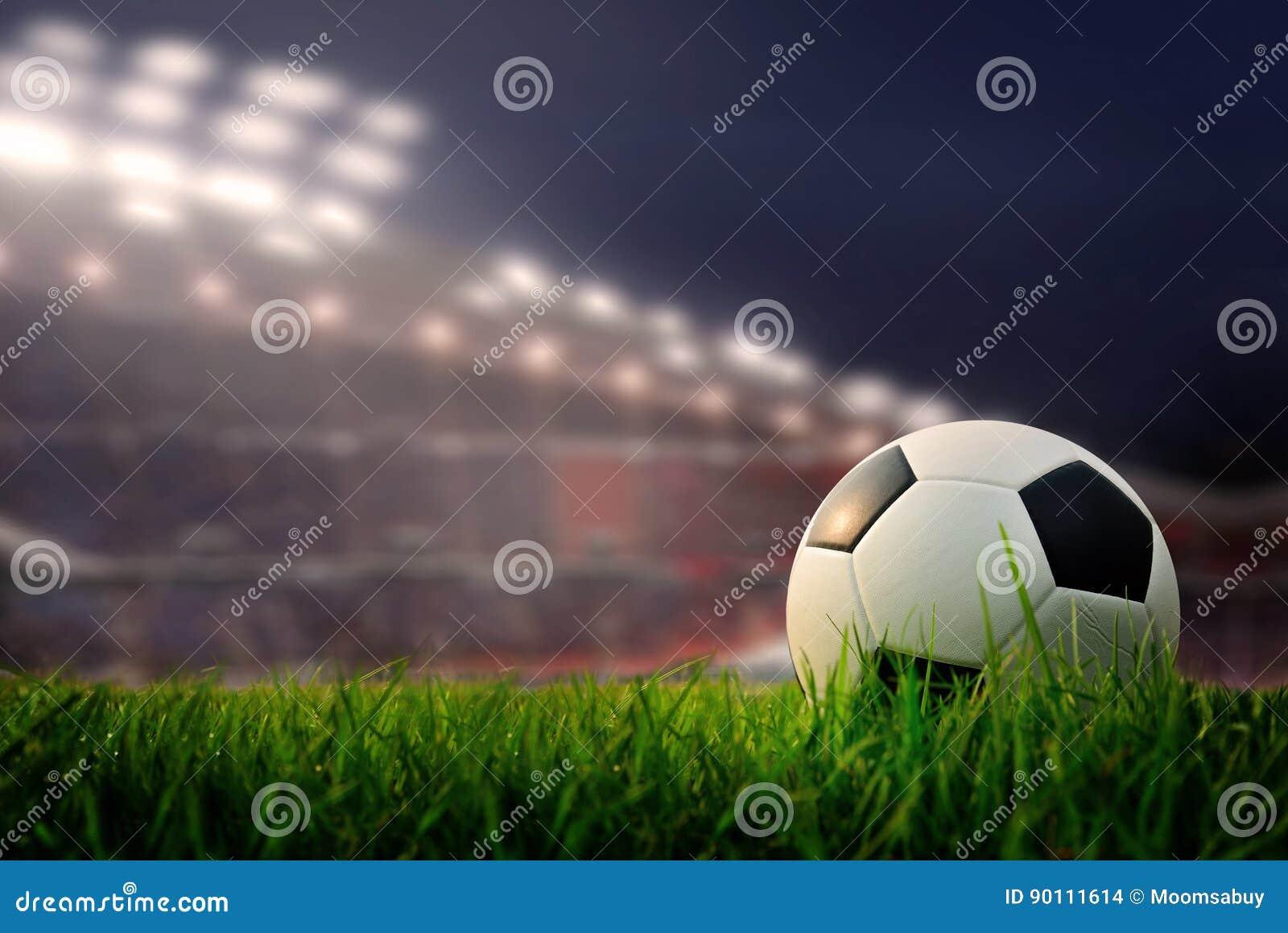 Voetbalgebied en stadion met ventilators de nacht vóór de gelijke, s