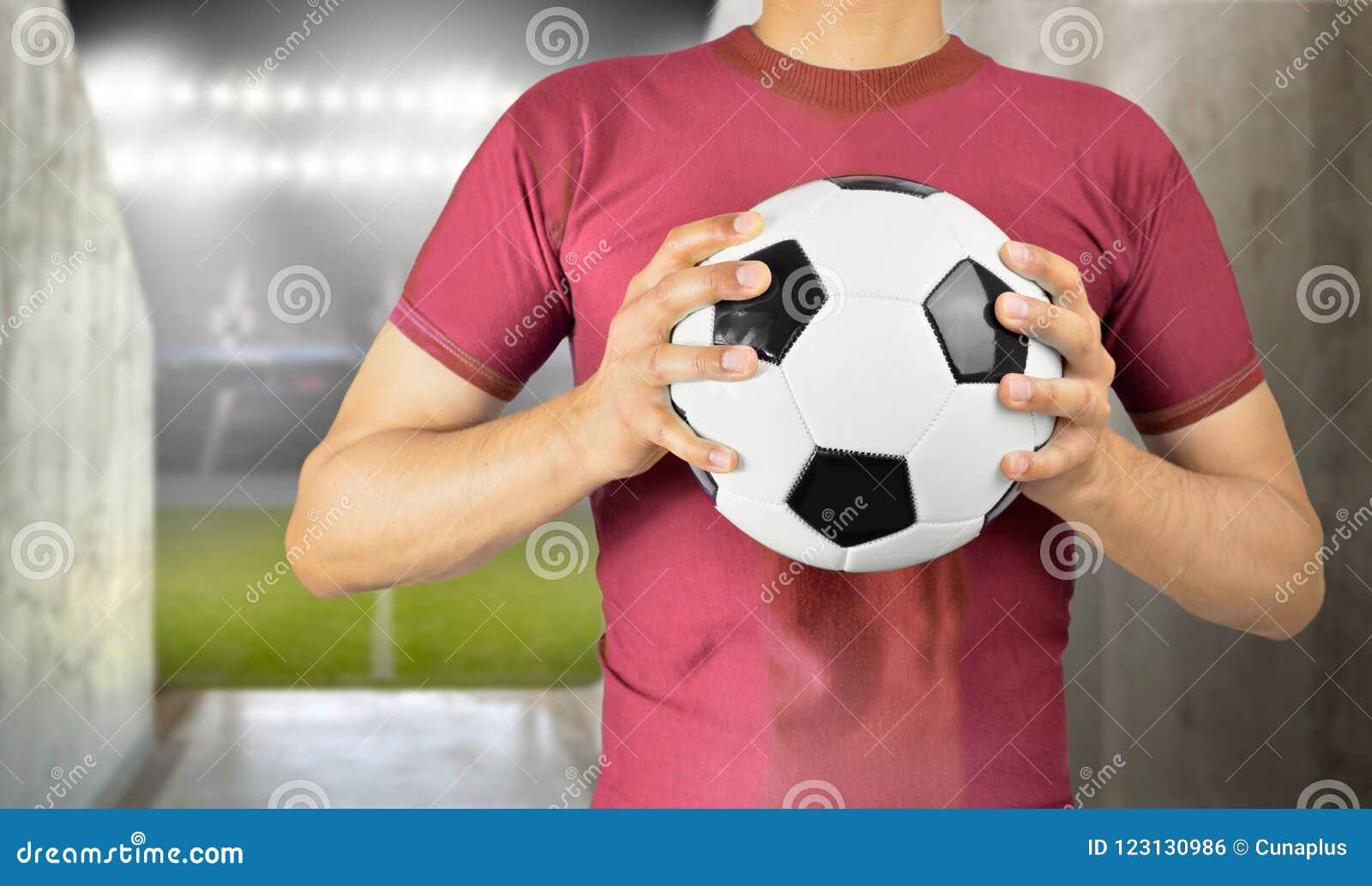 Voetballer die de bal houden