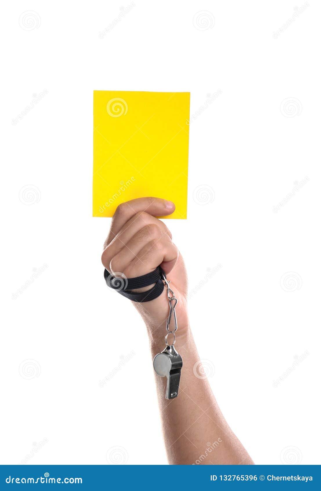 Voetbalscheidsrechter met fluitje die gele kaart op witte achtergrond houden