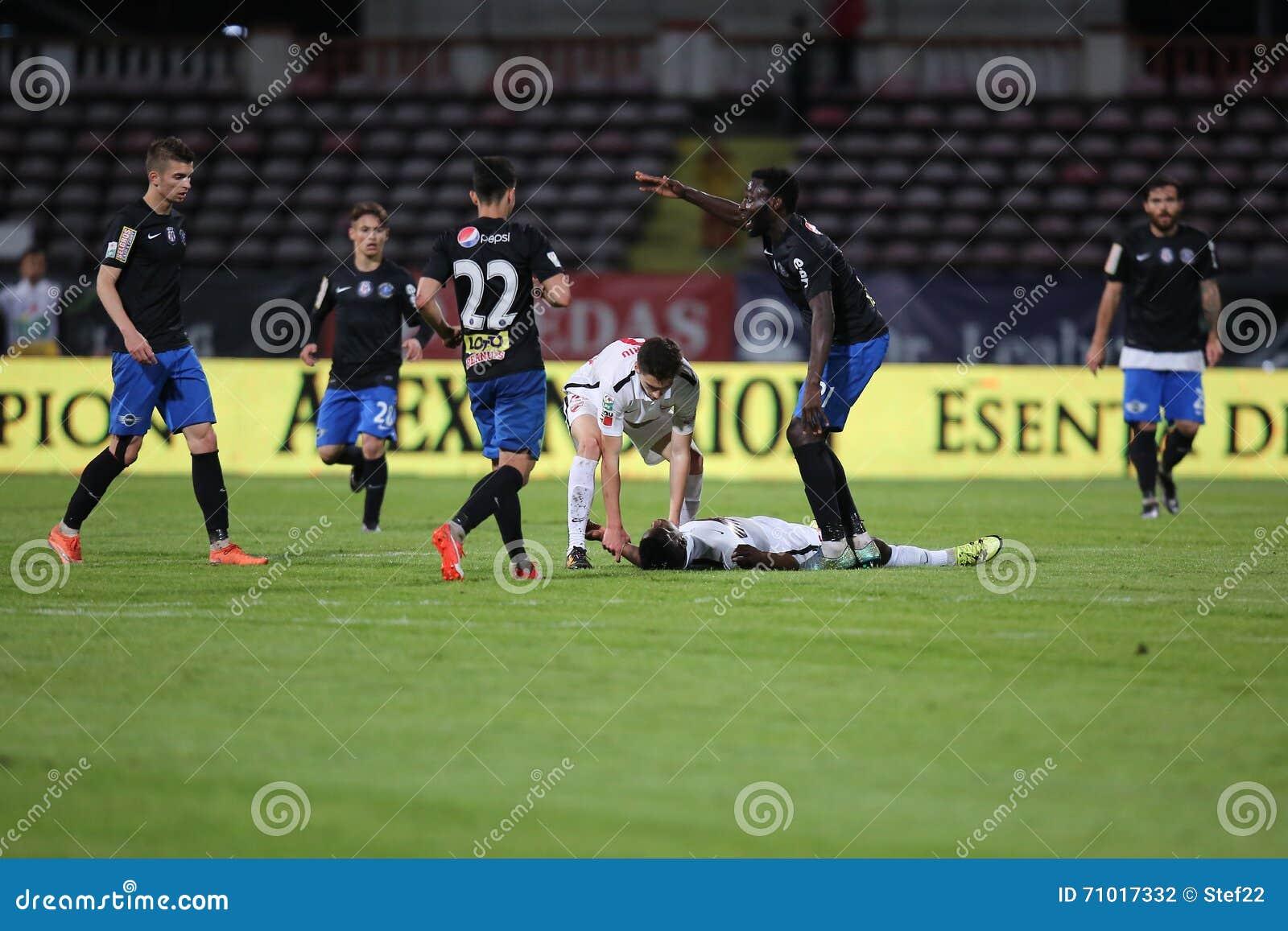 Voetbalster, Patrick Ekeng-matrijzen na instorting tijdens het spel van Dinamo Boekarest