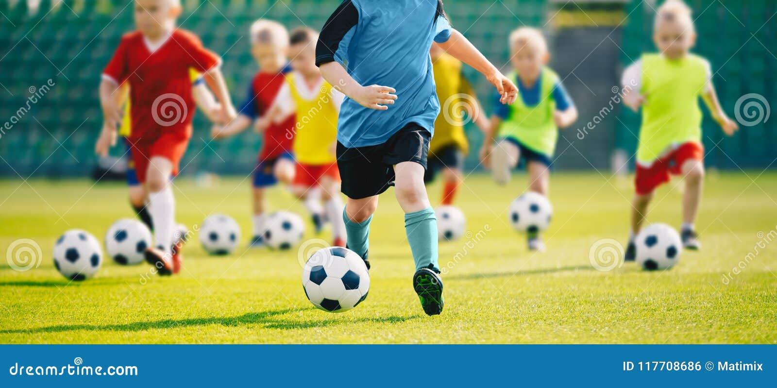 Voetbalvoetbal opleiding voor jonge geitjes Jonge jongens die de Kinderenvoetbal van voetbalvaardigheden opleiding verbeteren
