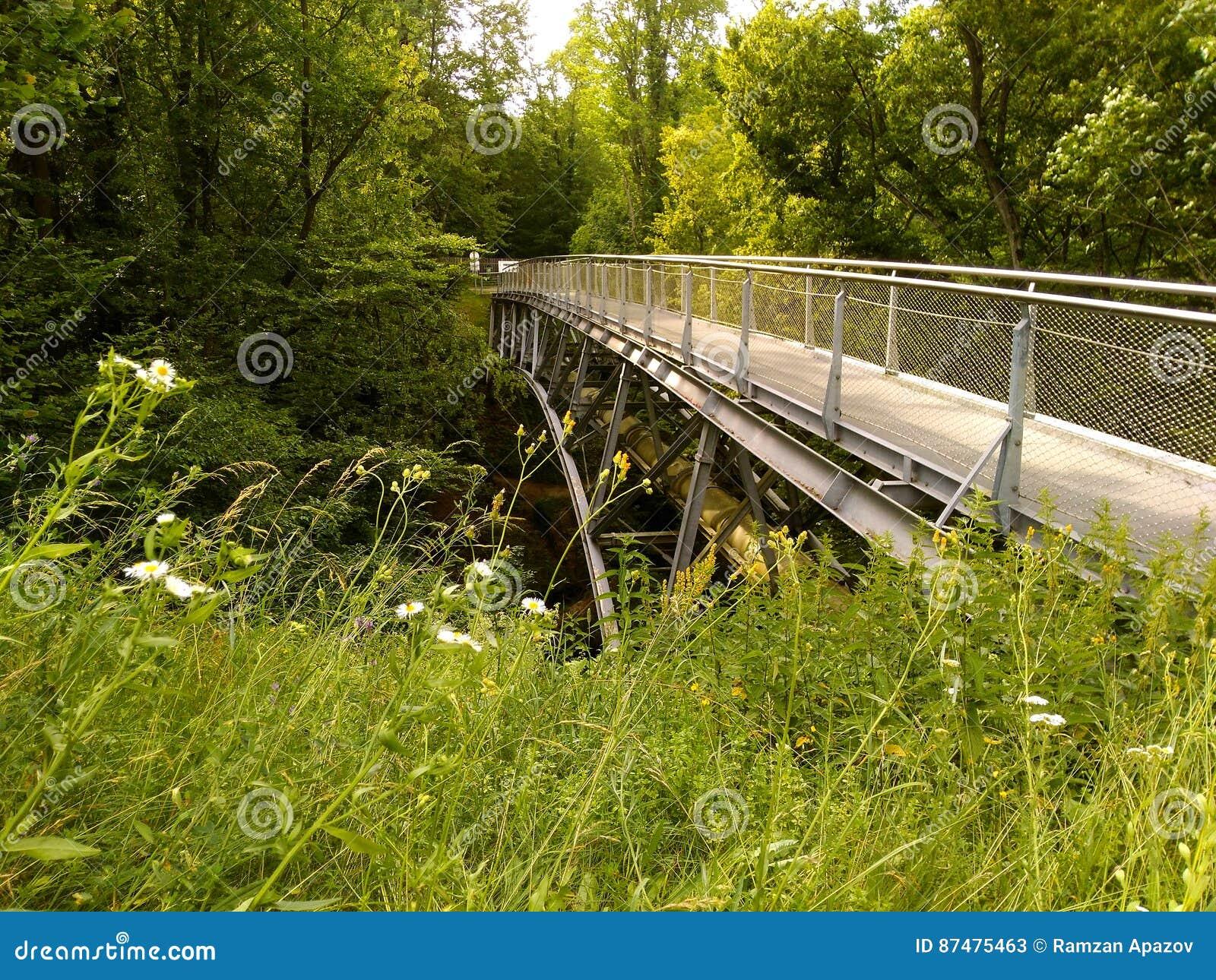 Voetbrug over de rivier