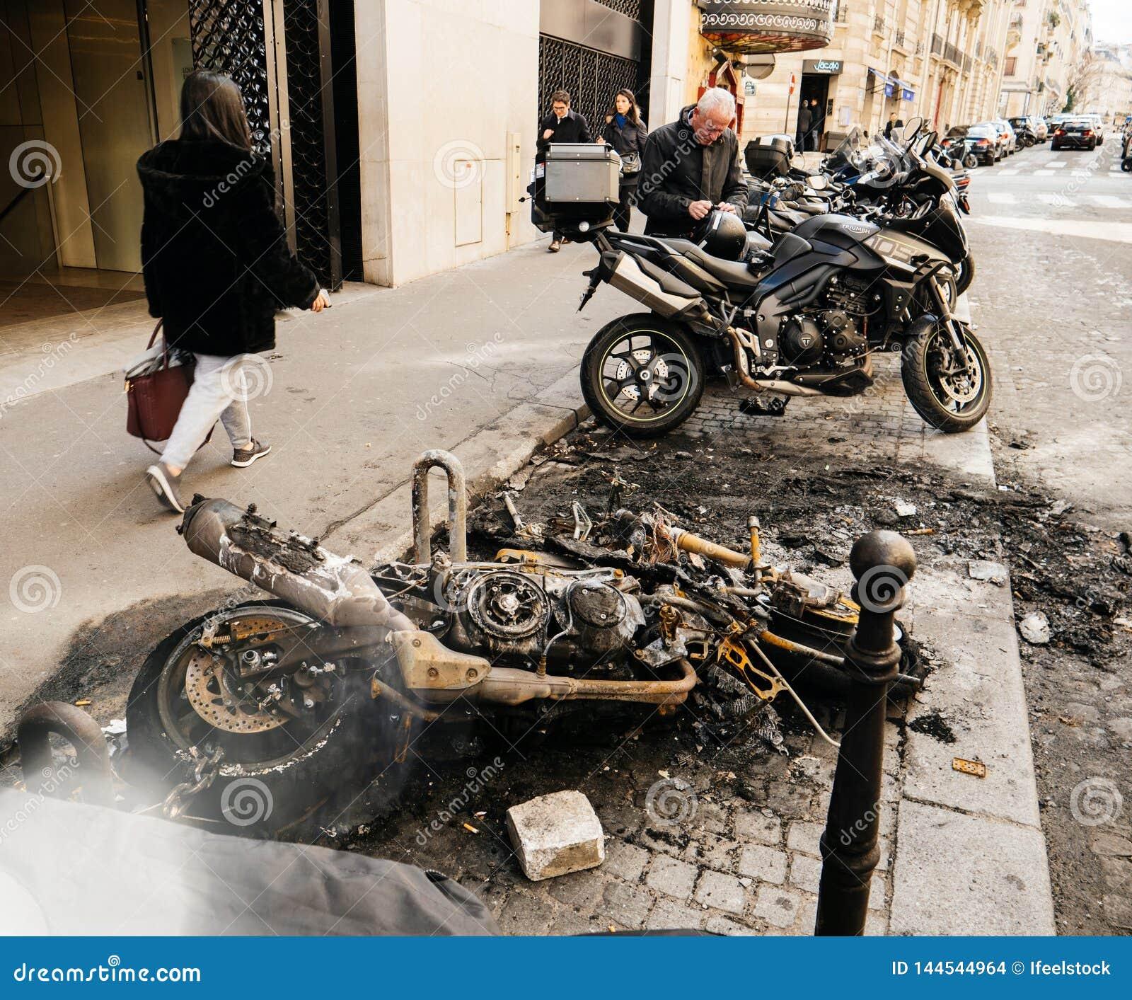 Voetgangers die dichtbij de gebrande motorfietsen van de luxesport lopen